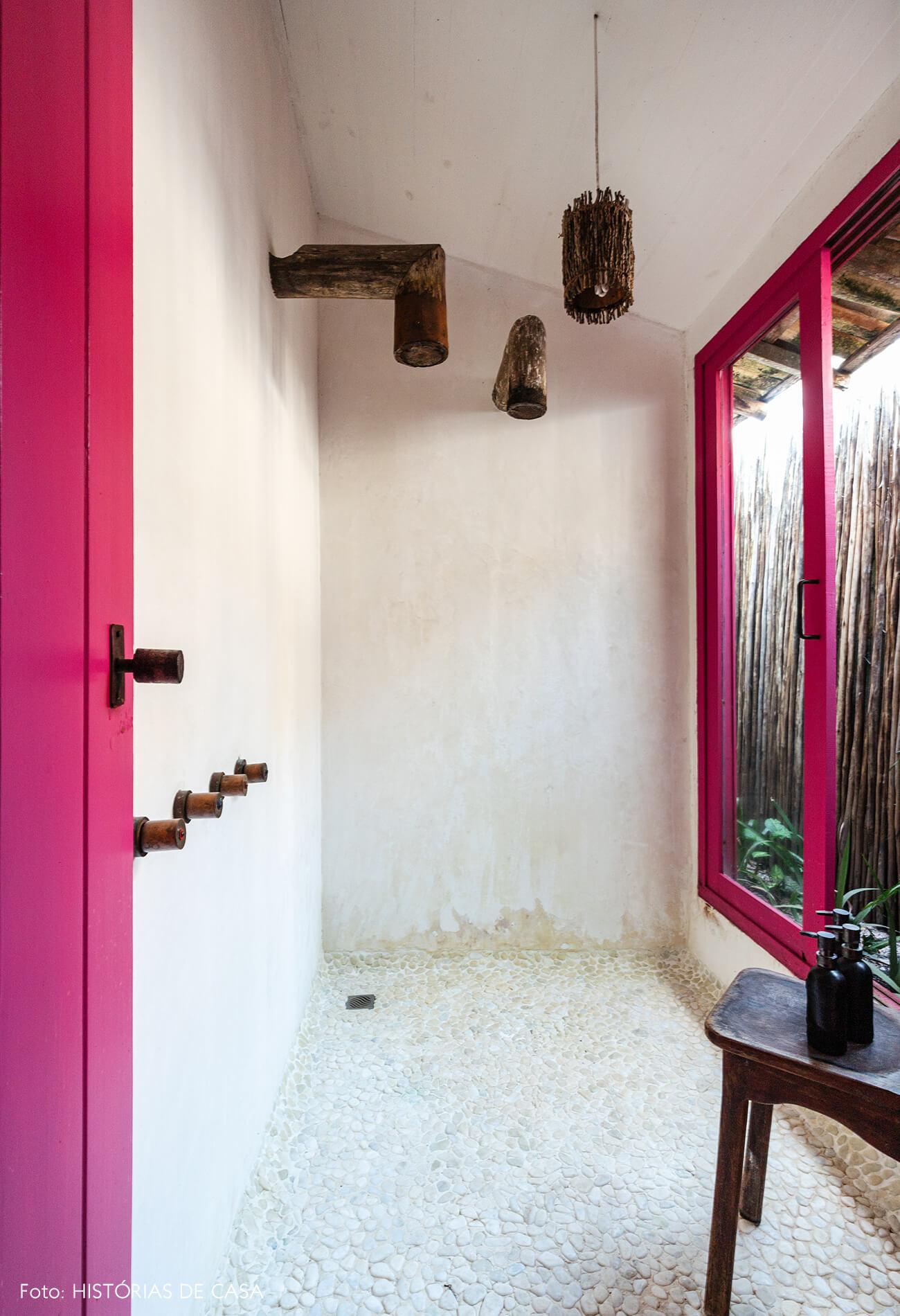 decoração Trancoso banheiro com chuveiro e torneira de madeira