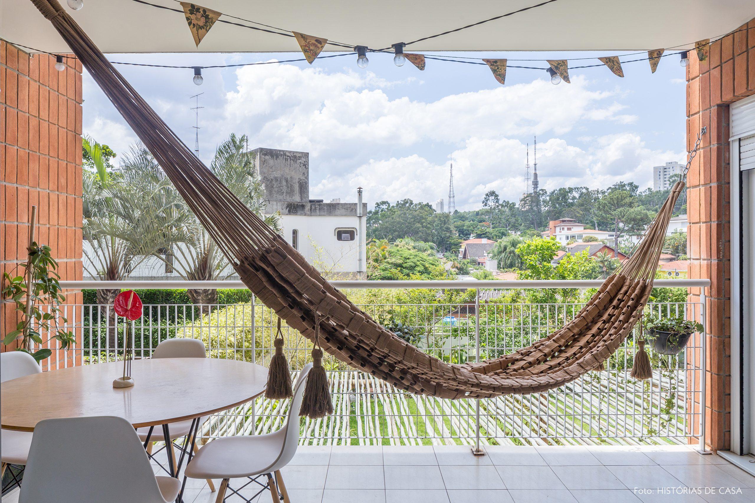 decoração varanda com rede e cadeira eames