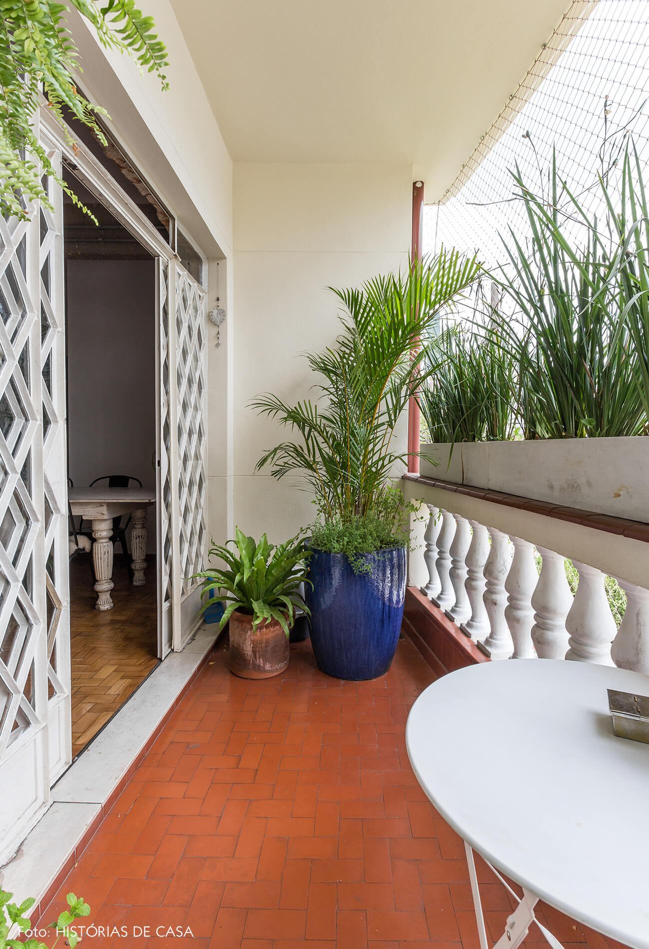 decoração varanda com plantas e mesa branca