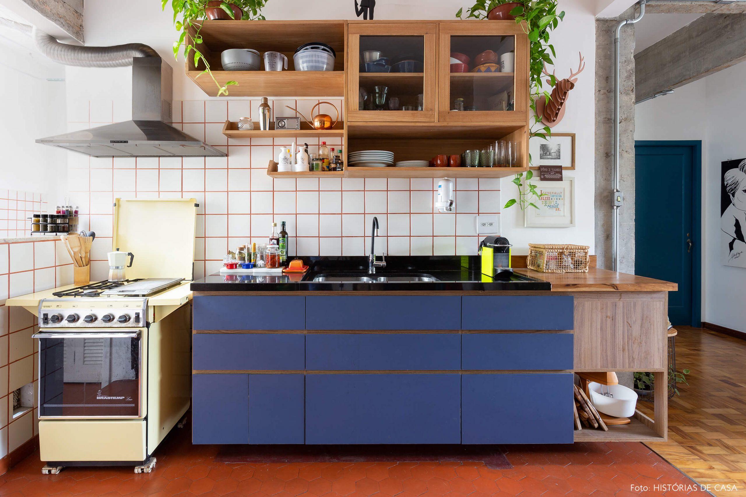 decoração cozinha com azulejos brancos fogão amarelo e armarios azuis