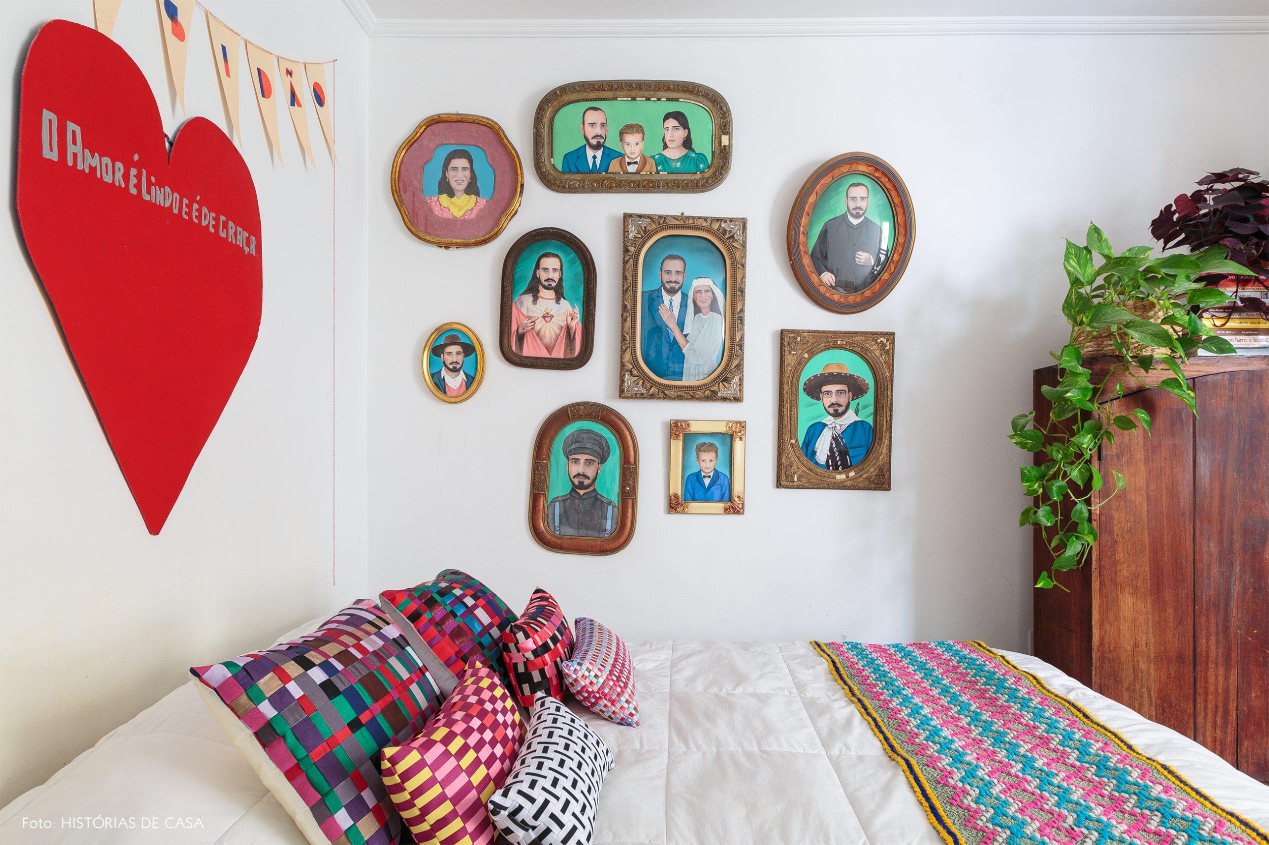 decoração quarto colorido com muitos quadros
