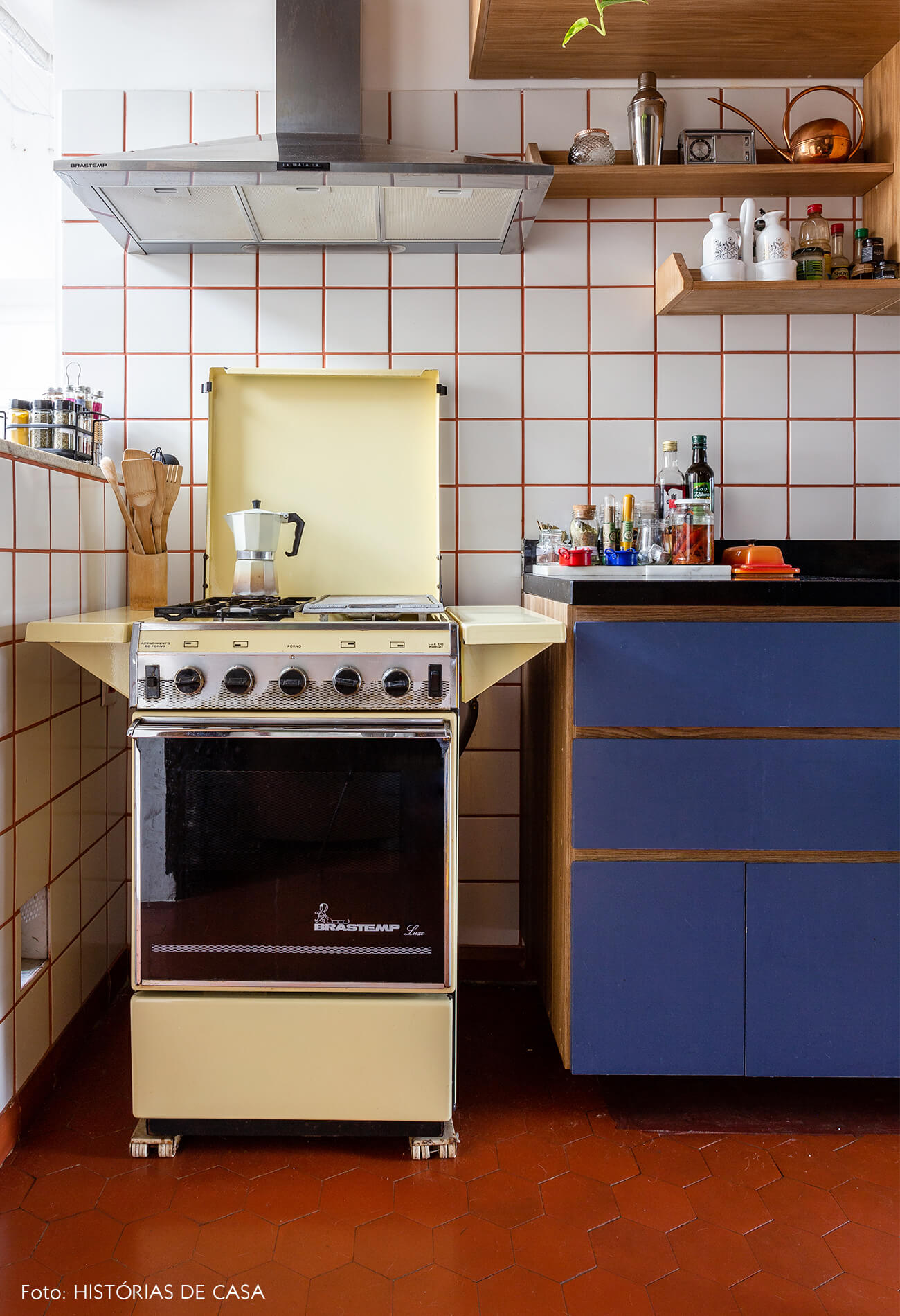 decoração cozinha com azulejos brancos e fogão antigo amarelodecoração cozinha com azulejos brancos e fogão antigo amarelo