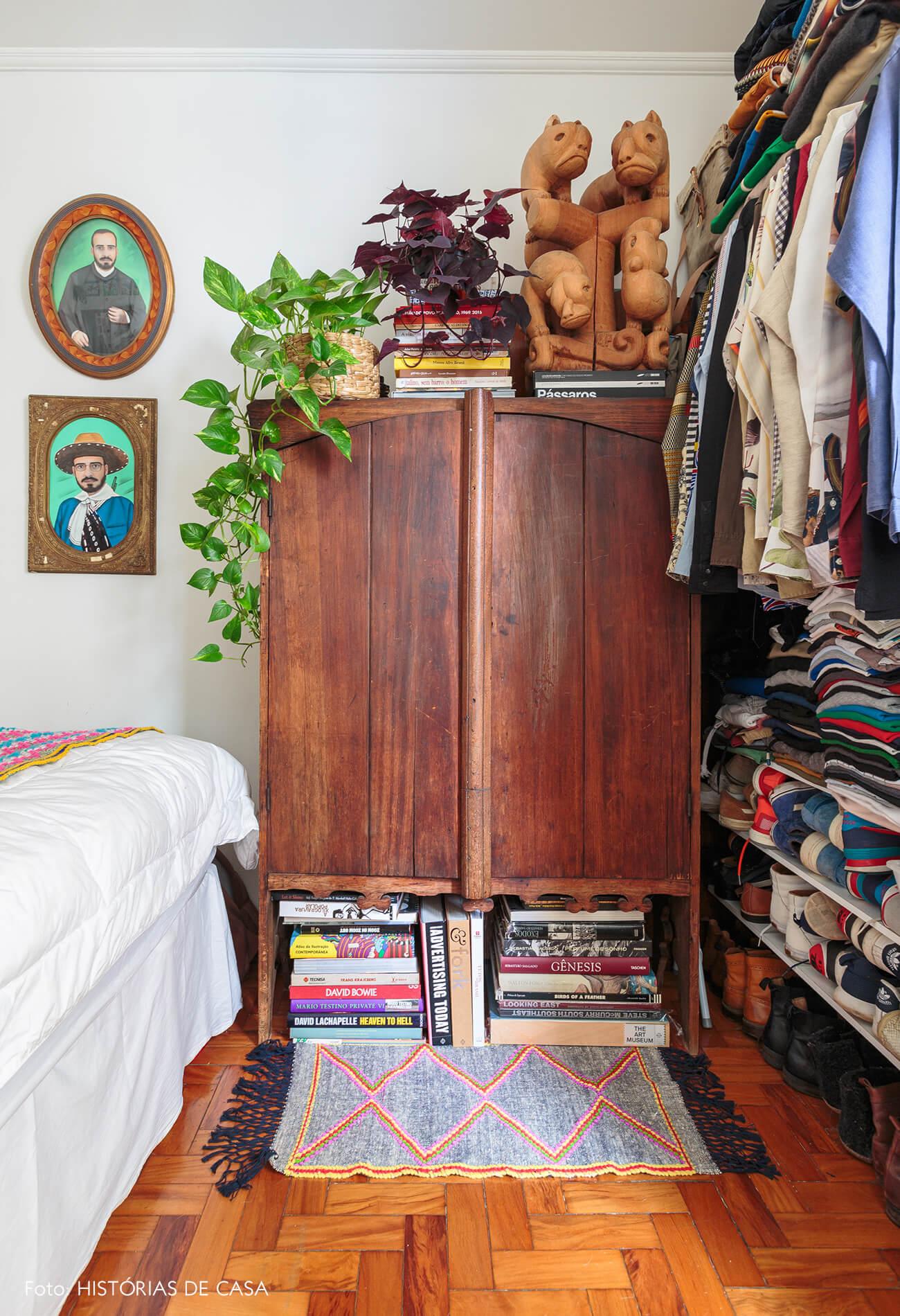decoração quarto colorido com armario antigo de madeira