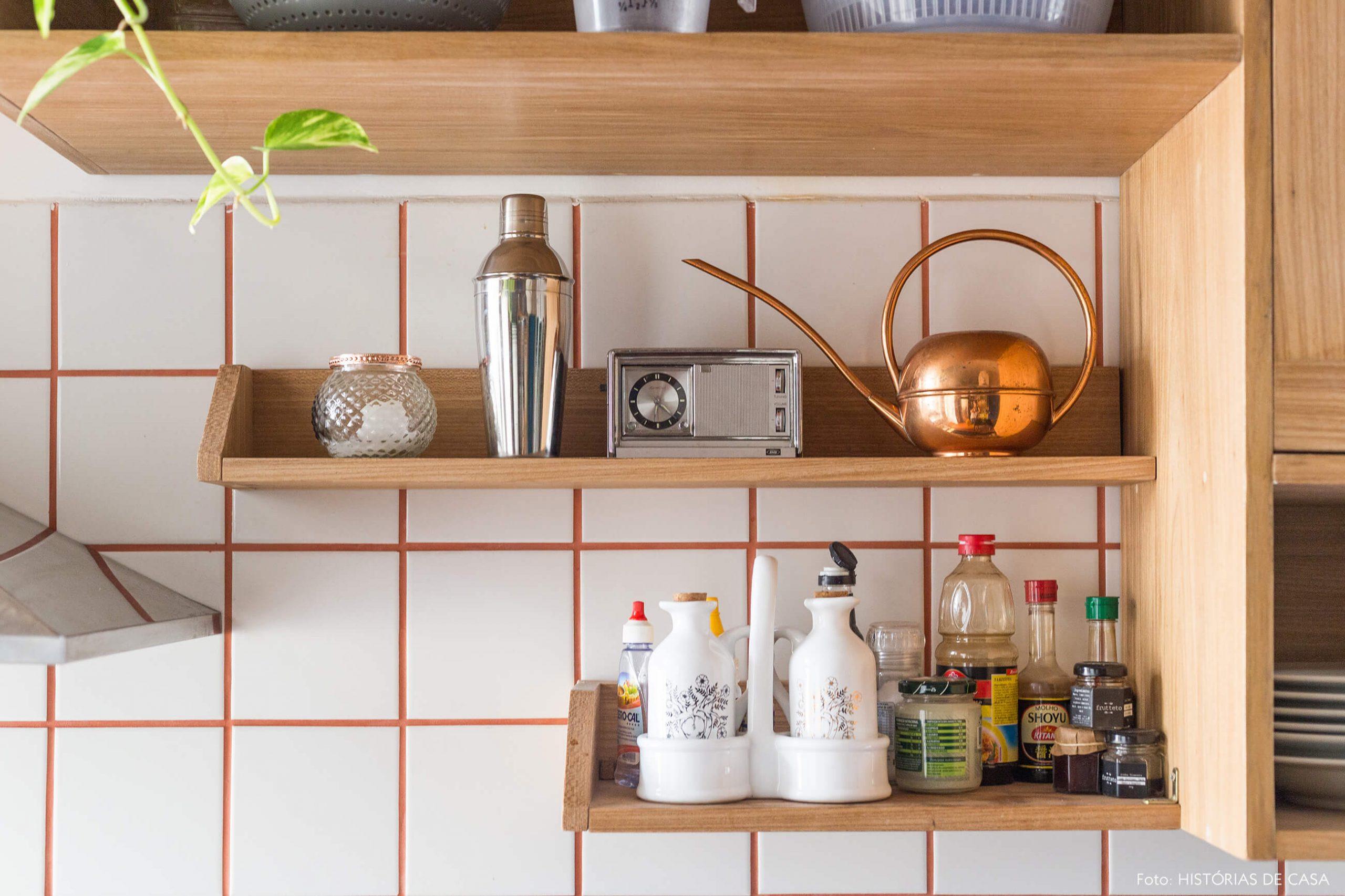 decoração cozinha com azulejos brancos e prateleiras de madeira