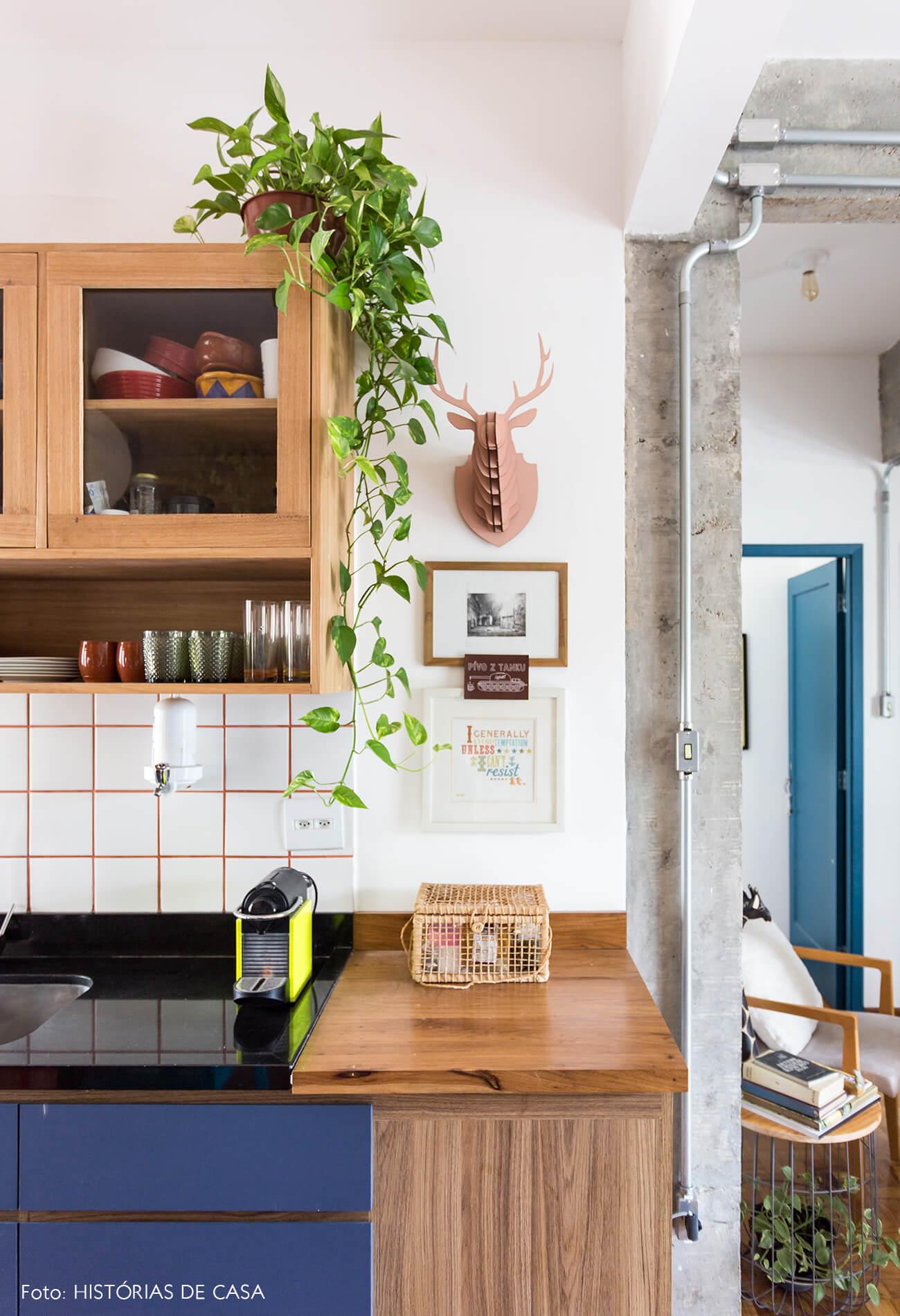 decoração cozinha com armarios azul e coluna de concreto