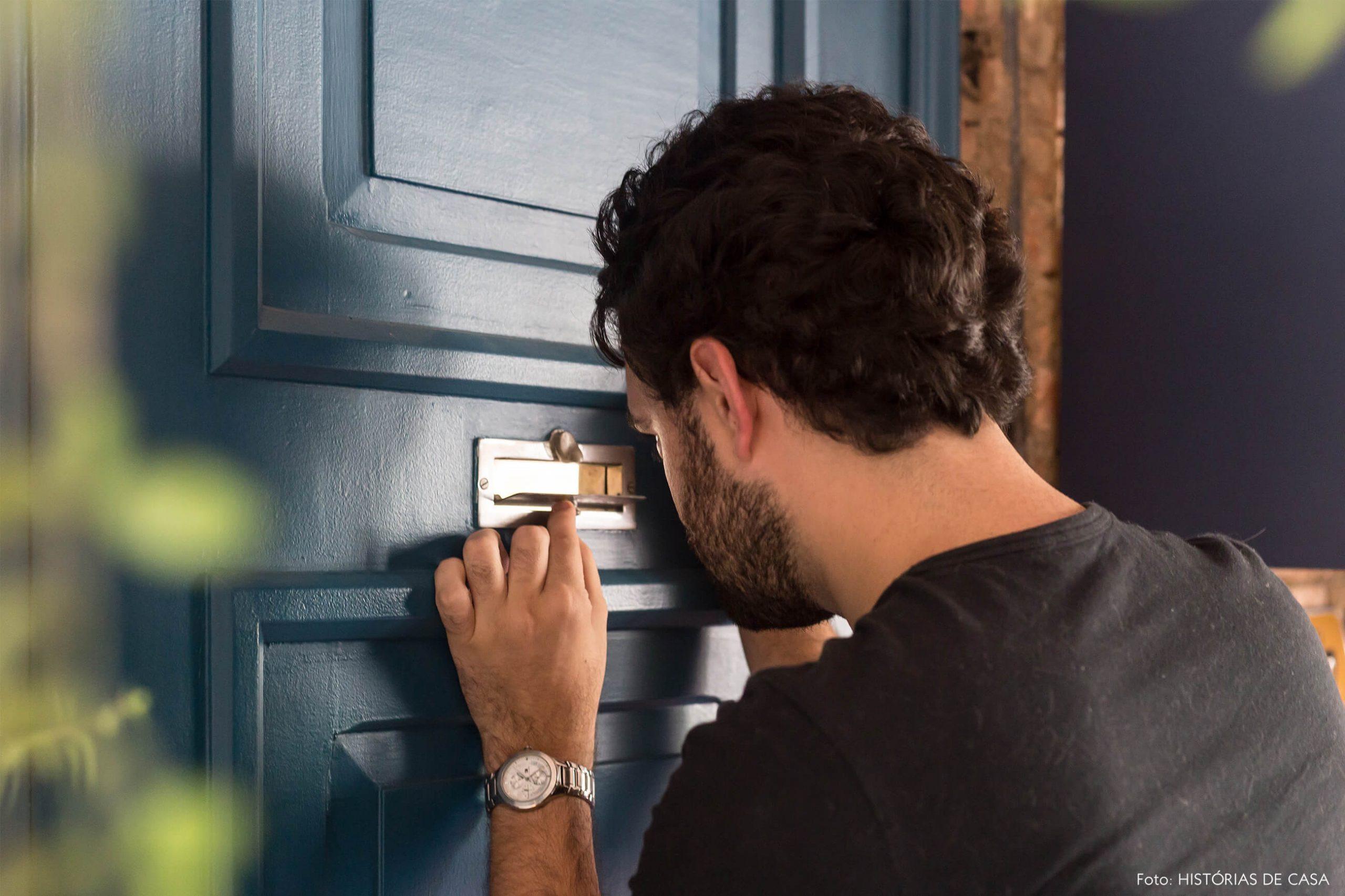 decoração retrato porta azul