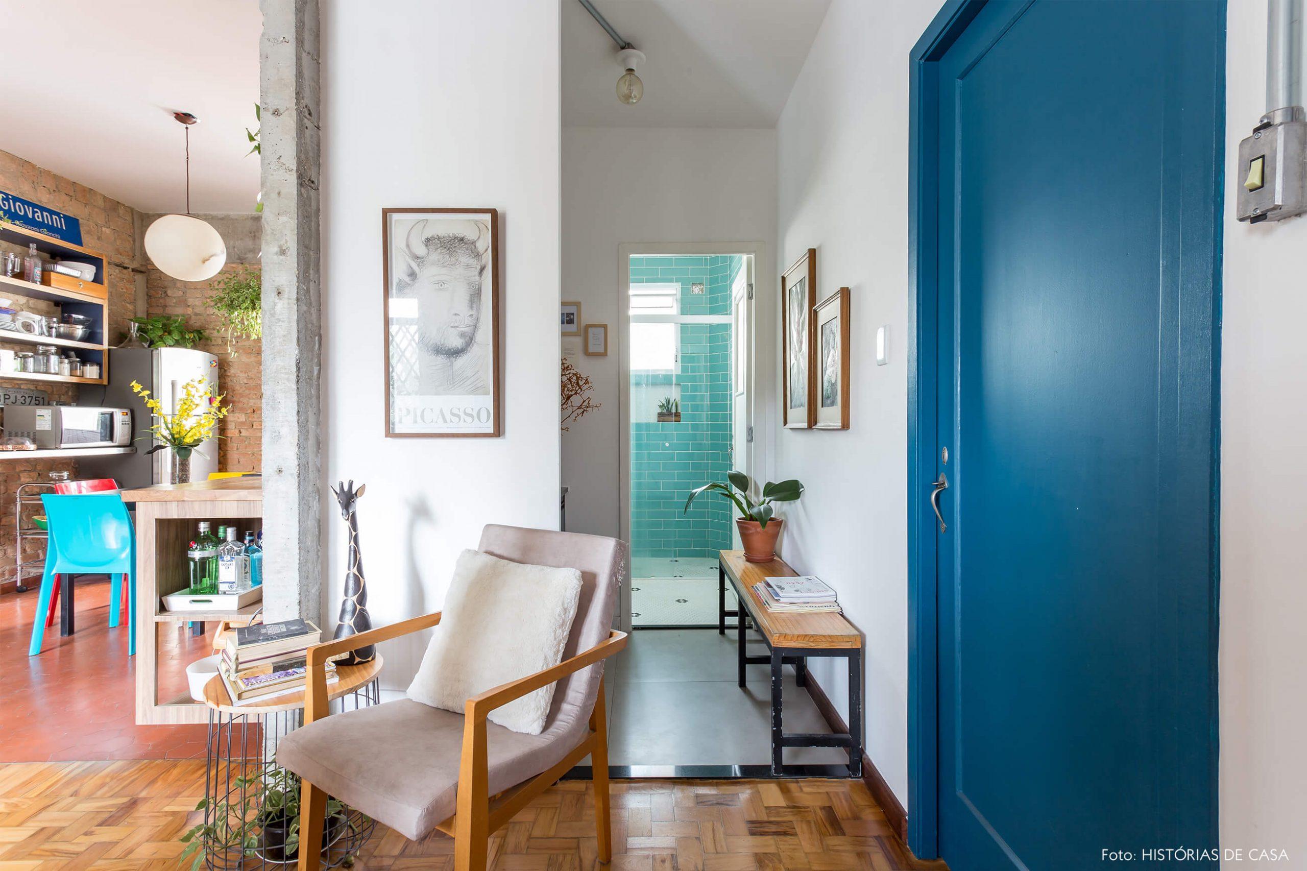 decoração cozinha e banheiro com azulejo azul e poltrona clara de madeira