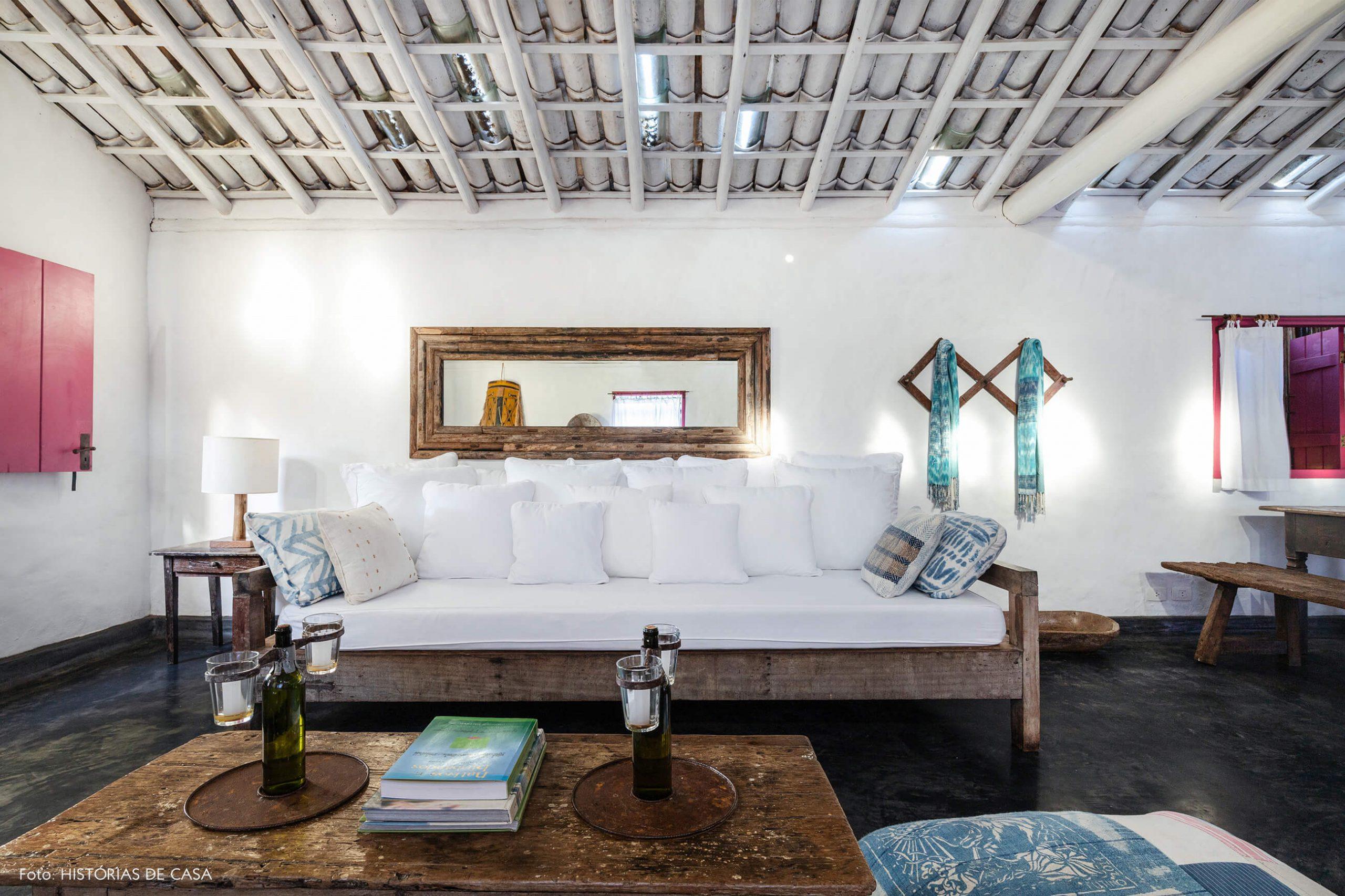 decoração Trancoso sala rustica com moveis de madeira e sofa branca