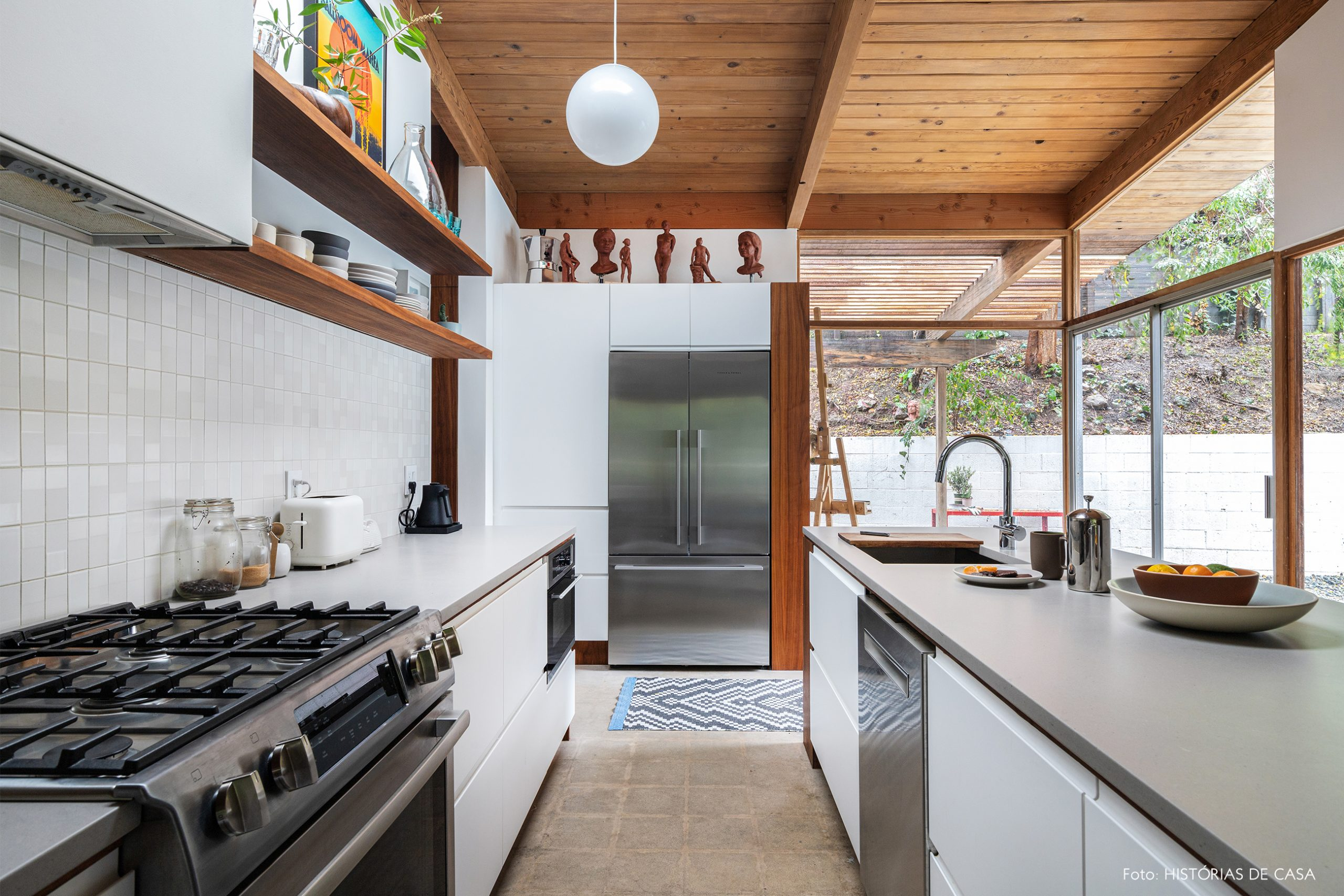 decoração casa cozinha com paredes de vidro estrutura de madeira e bancada branca