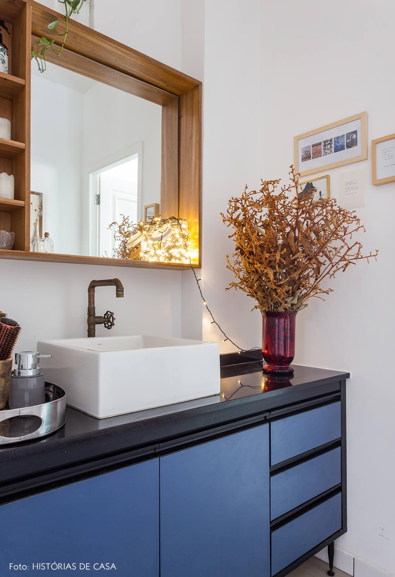 decoração banheiro com armarios azul e luzinhas decorativas