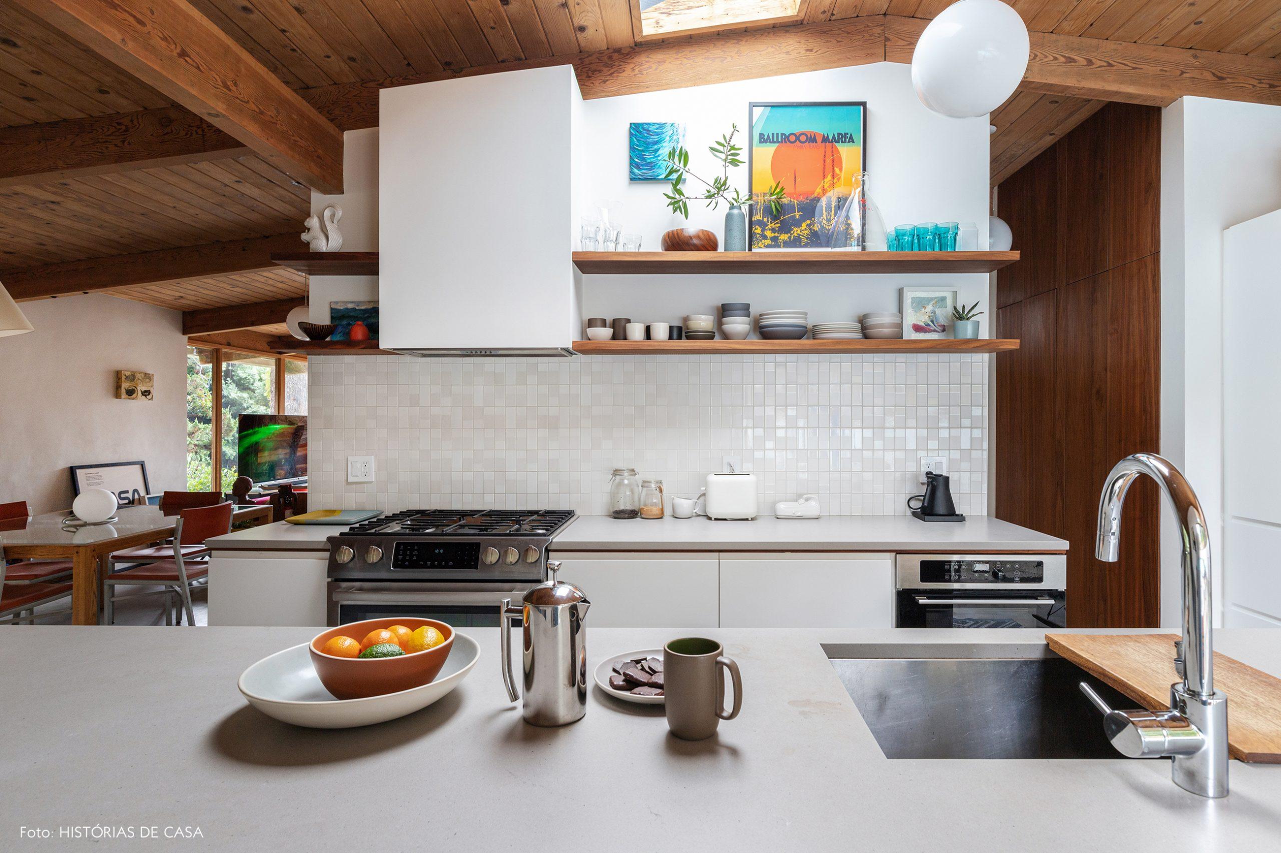 decoração casa cozinha com bancadas brancas e prateleiras de madeira