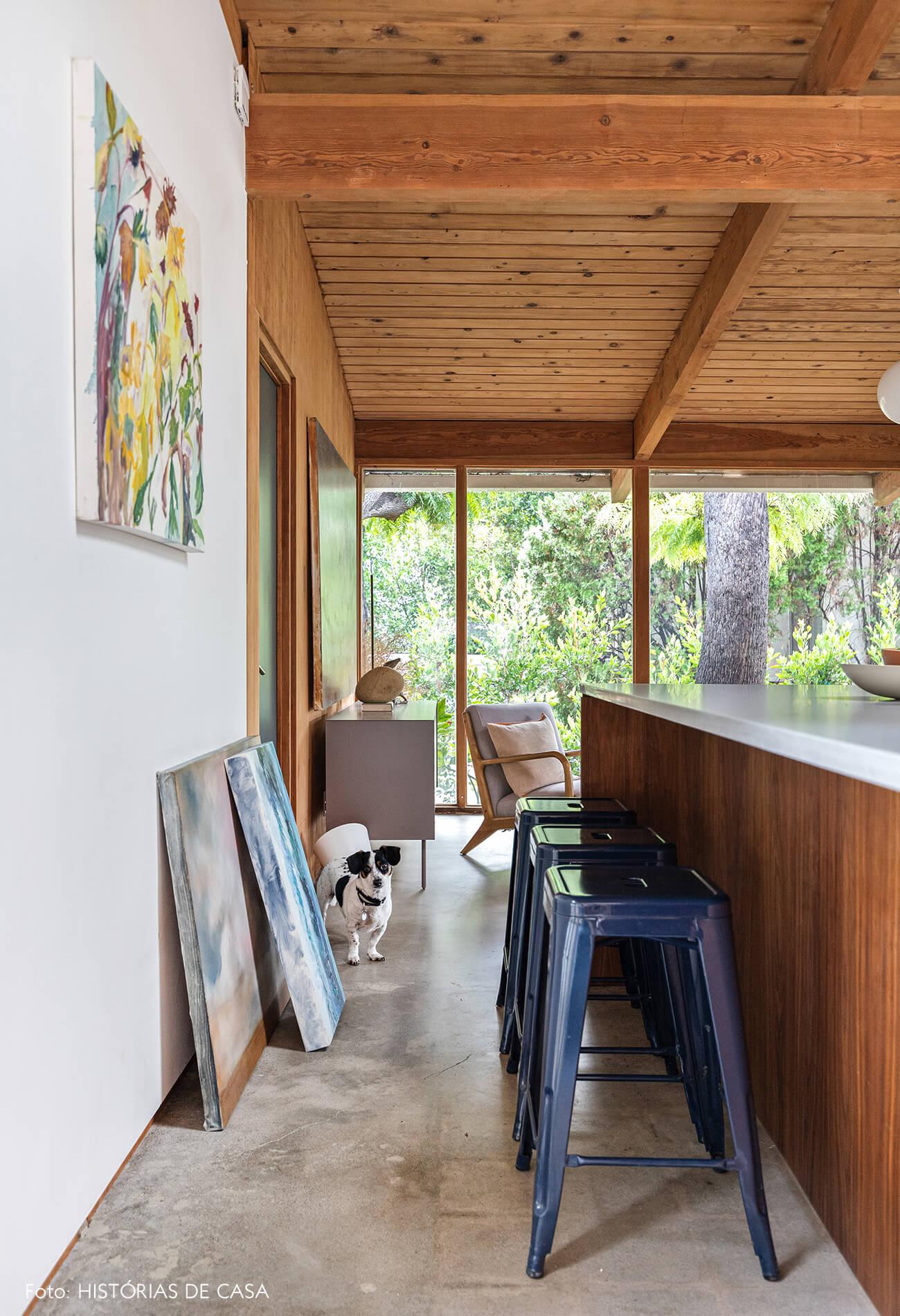 decoração casa de madeira e vidro cozinha com bancada de madeira e bancos metal