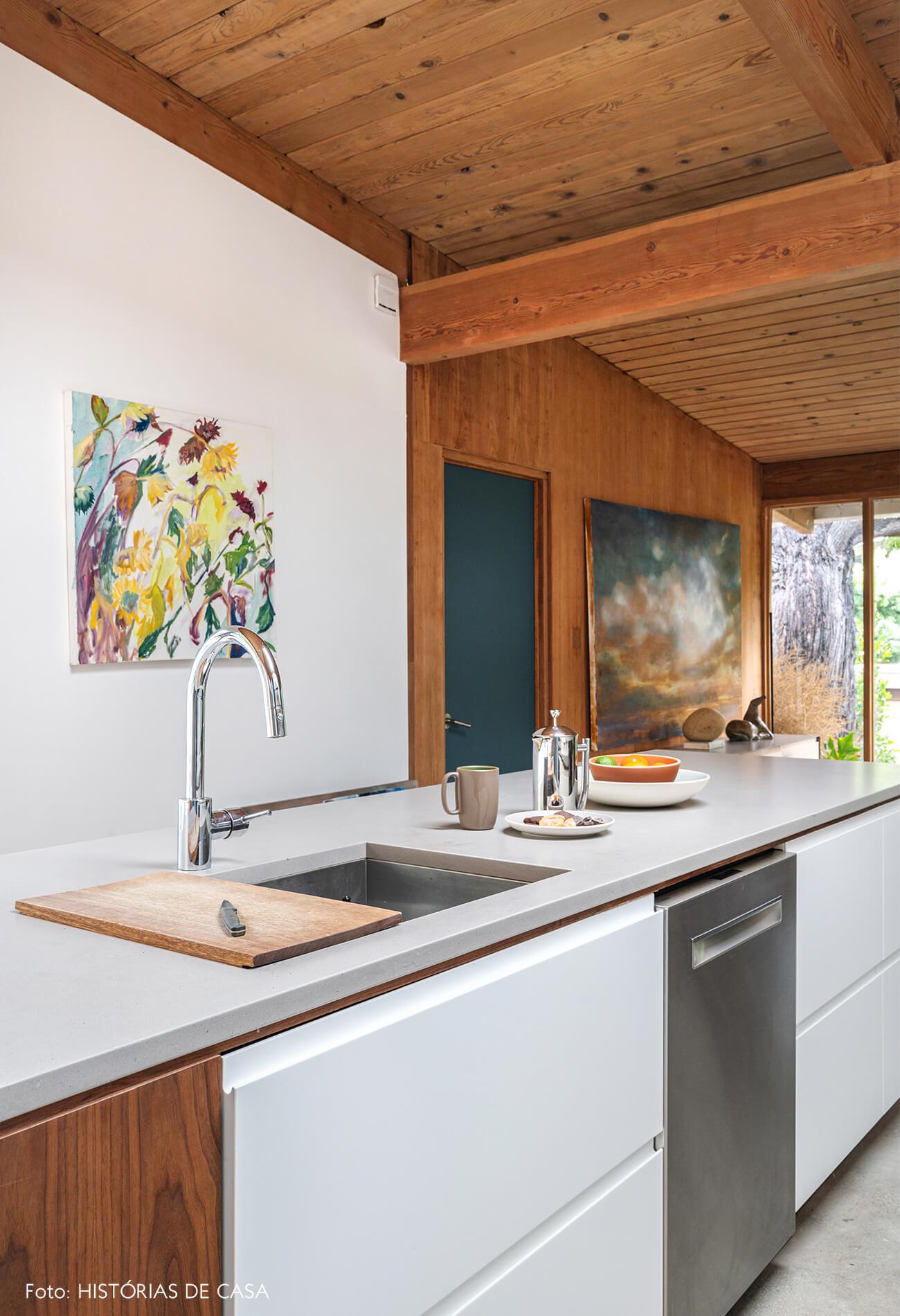 decoração casa de madeira e vidro com cozinha com bancadas branca de madeira