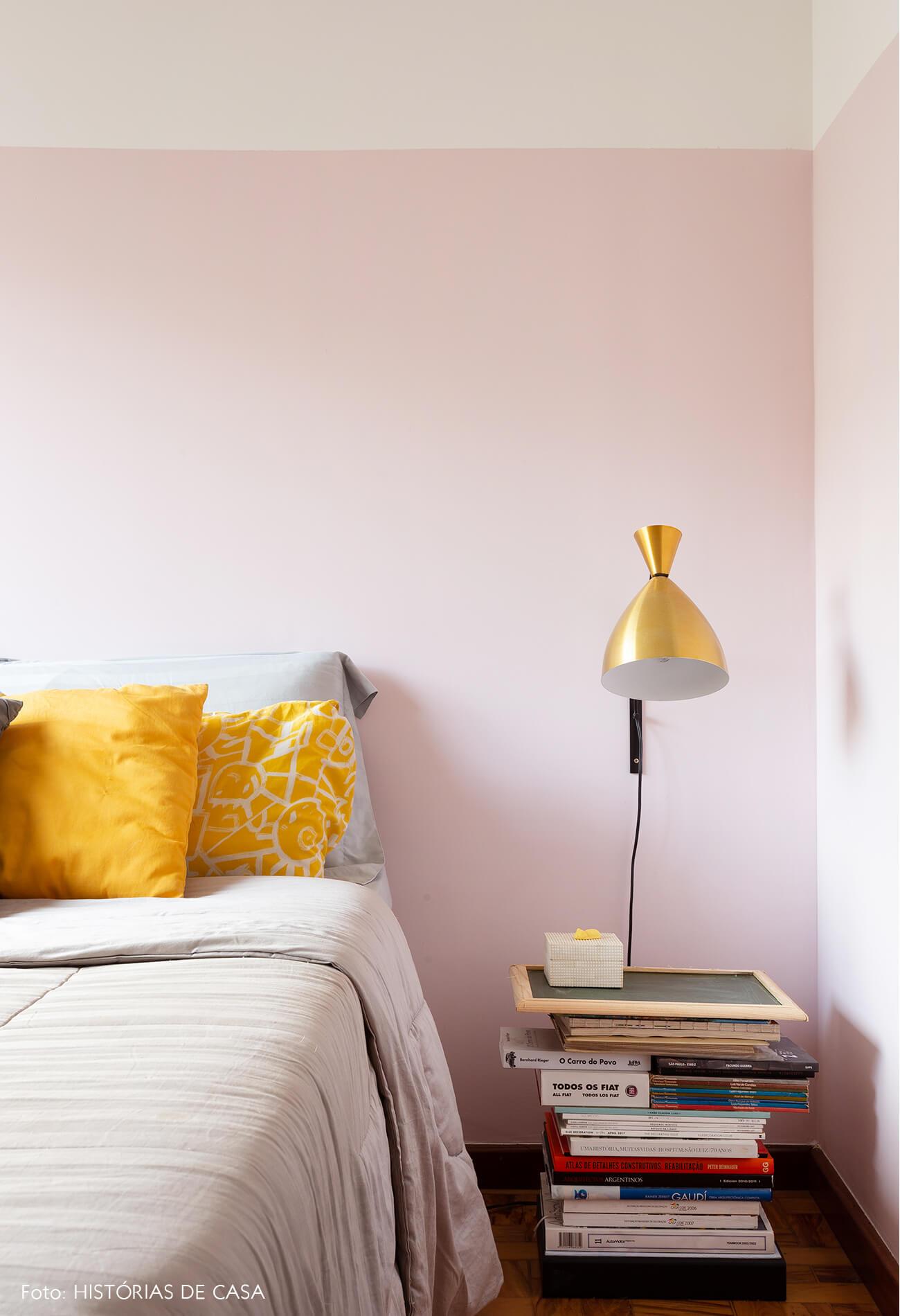 decoração quarto com meia parede rosa e almofadas amarelas