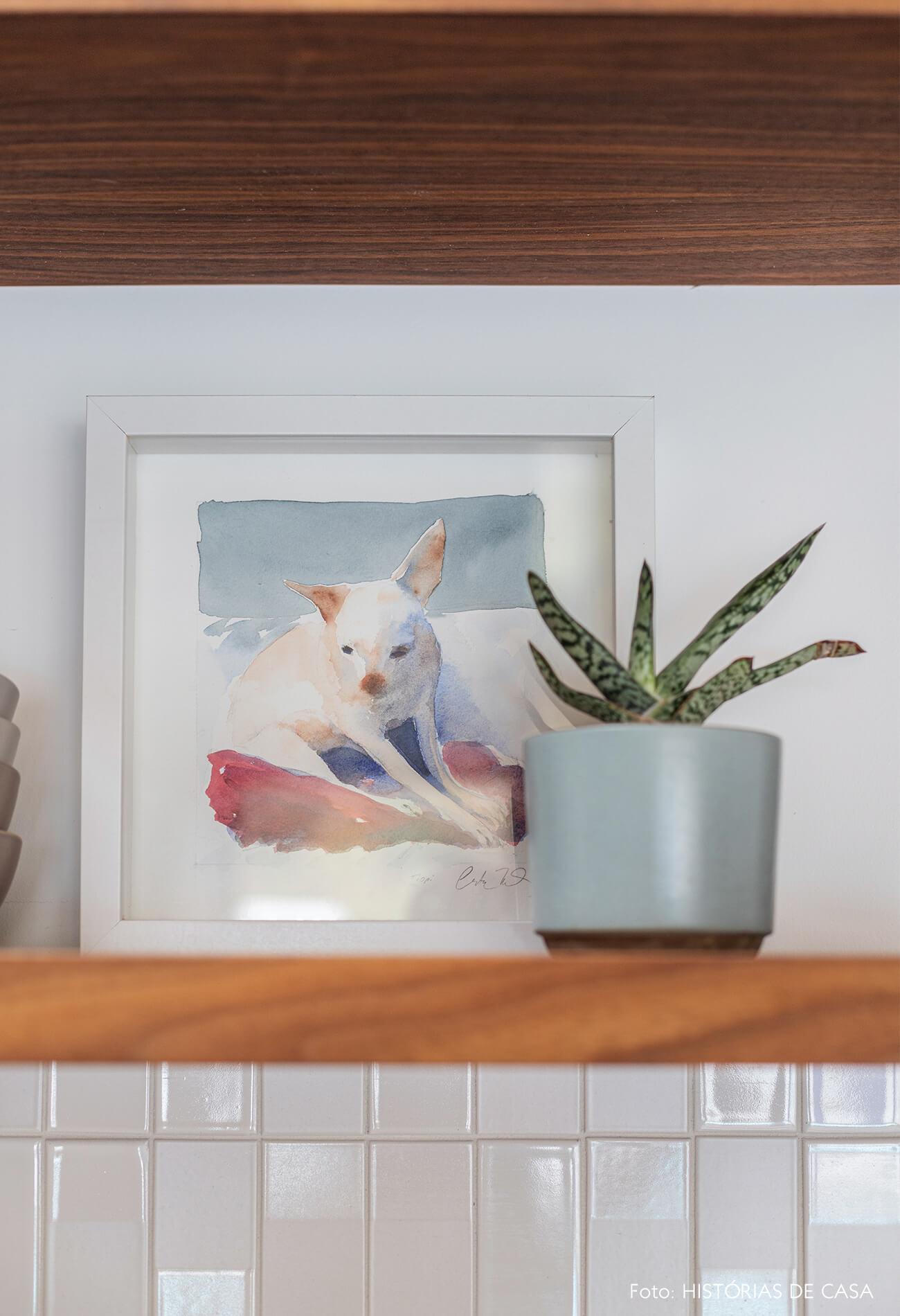 decoração casa vaso azul e quadro em prateleira de madeira clara