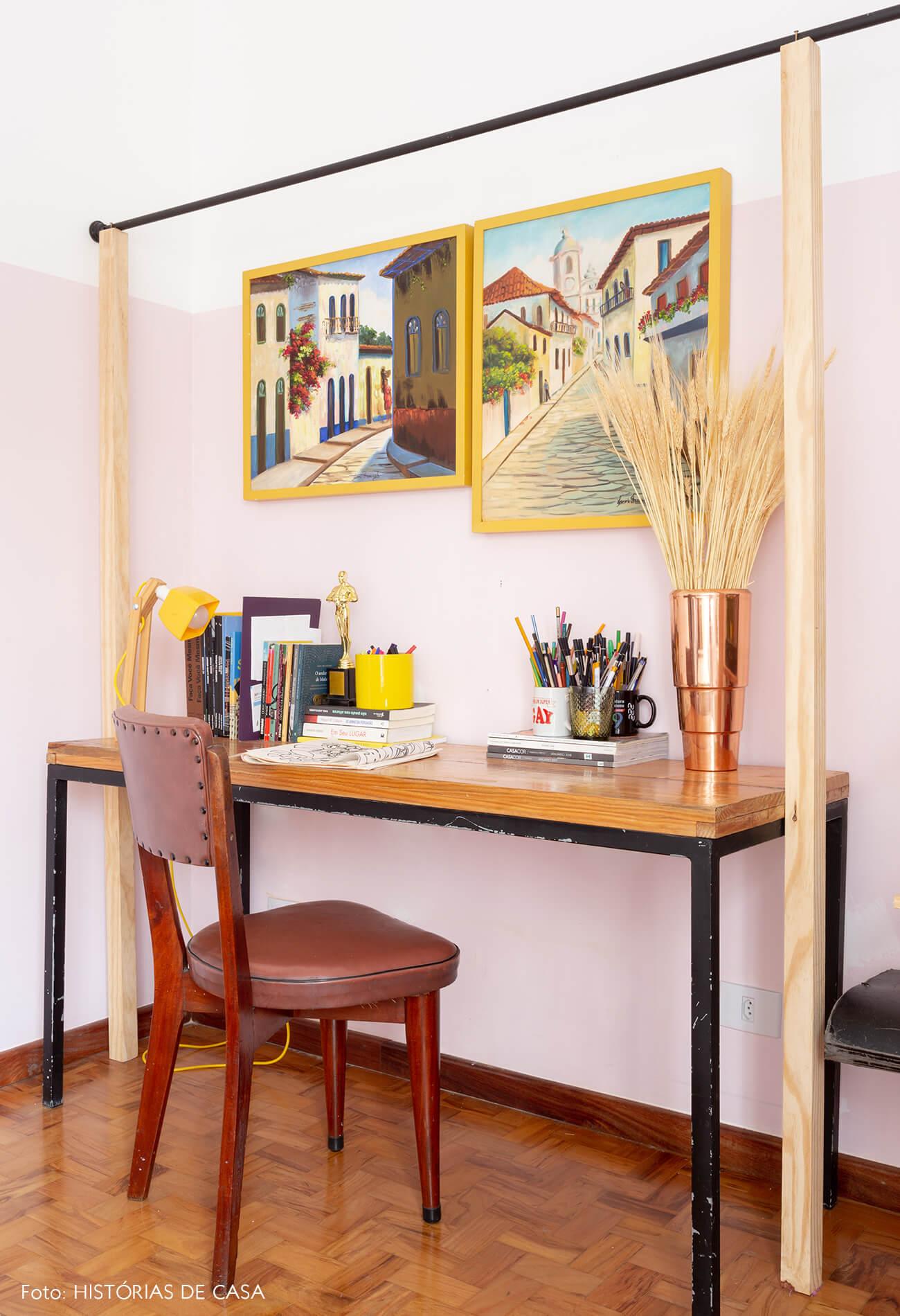 decoração quarto com meia parede rosa arara de ferro e madeira e cadeira couro