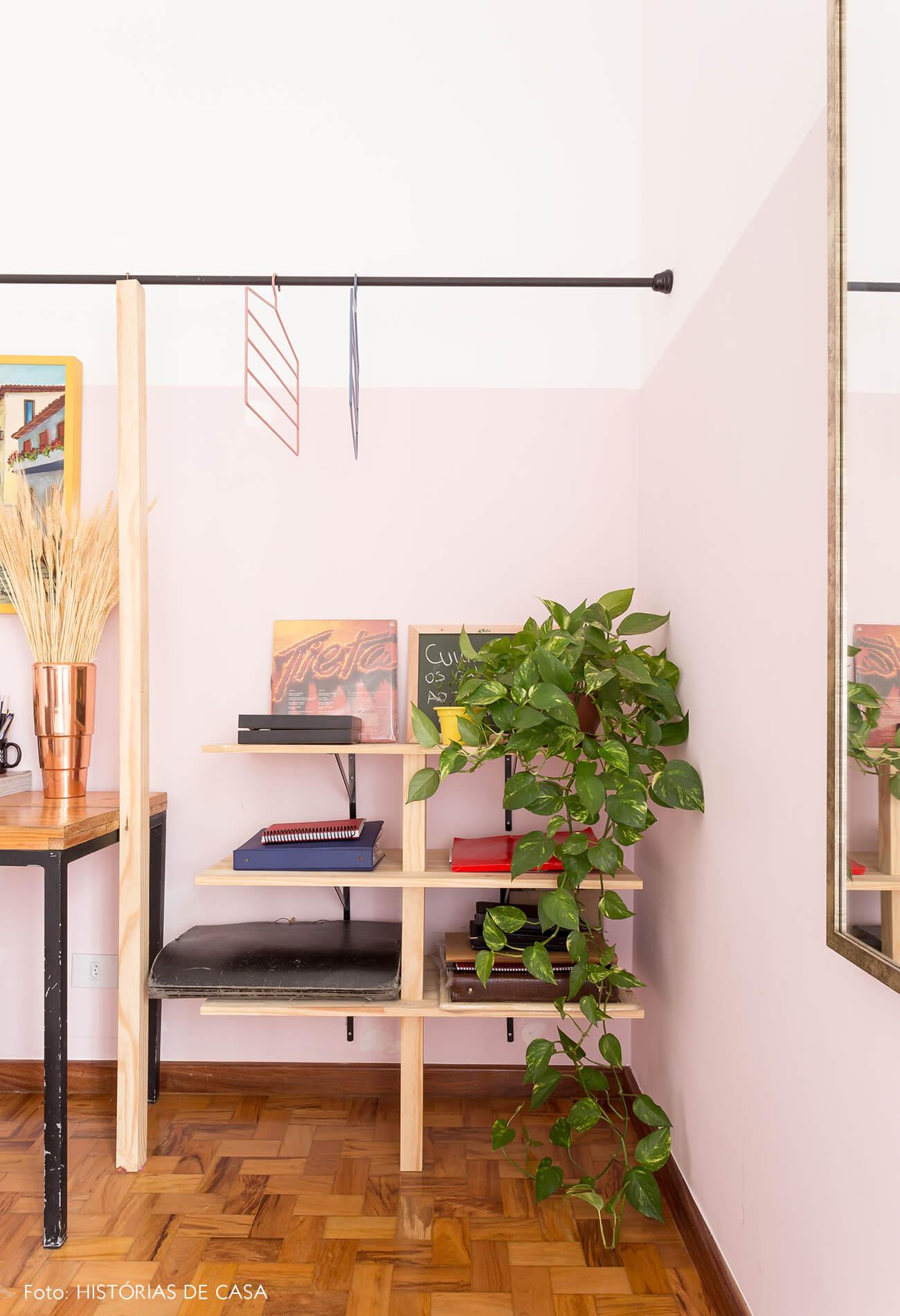 decoração quarto com meia parede rosa prateleiras de madeira clara e arara de ferro