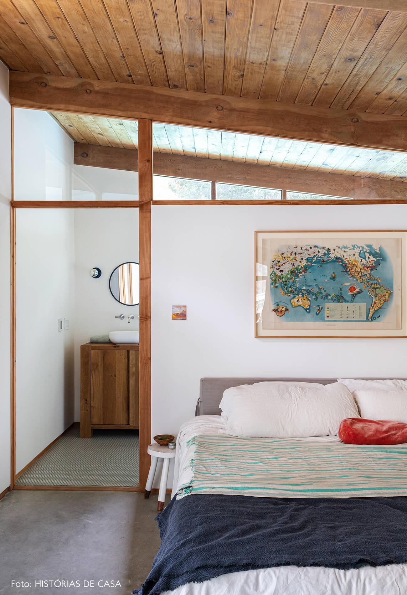 decoração casa de vidro e madeira quarto com mapa na parede