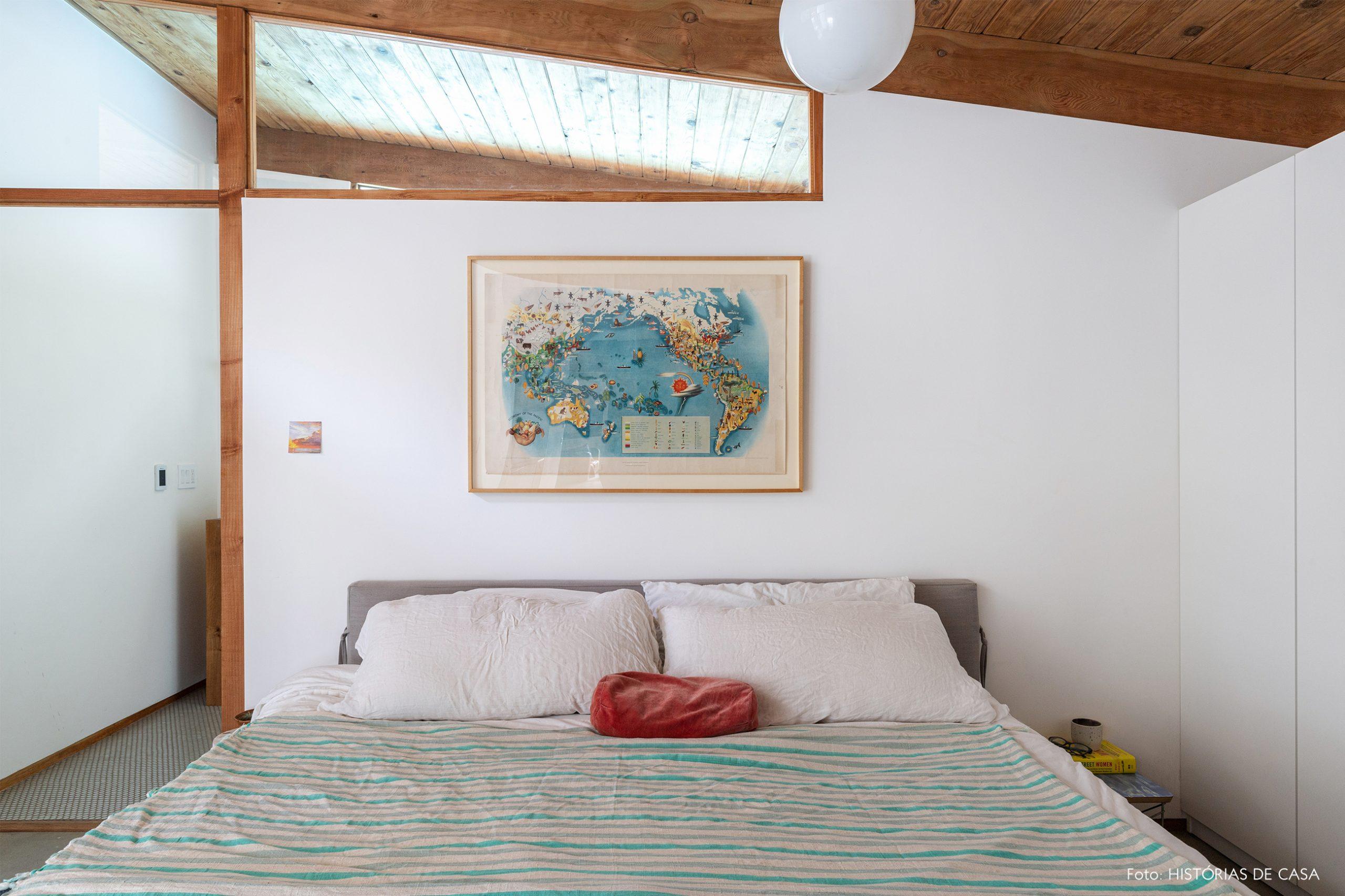 decoração casa quarto com estrutura de madeira e mapa em quadro