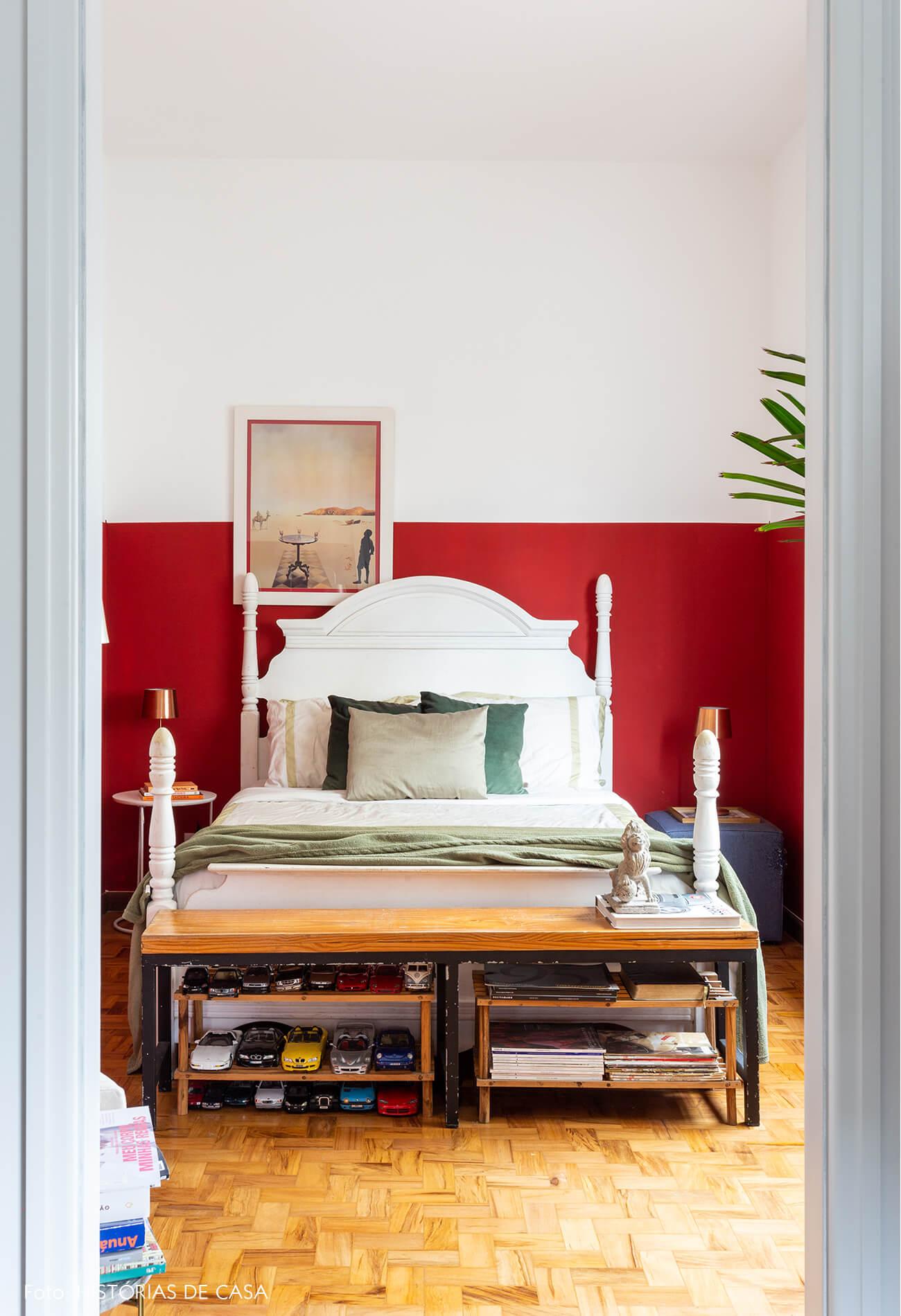 decoração quarto com meia parede vermelha e banco de madeira