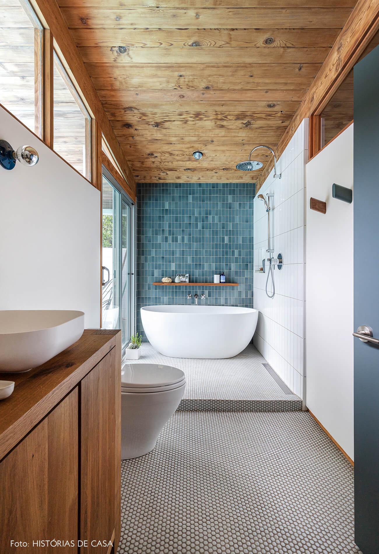 decoração casa de vidro e madeira e banheiro com azulejos azuis