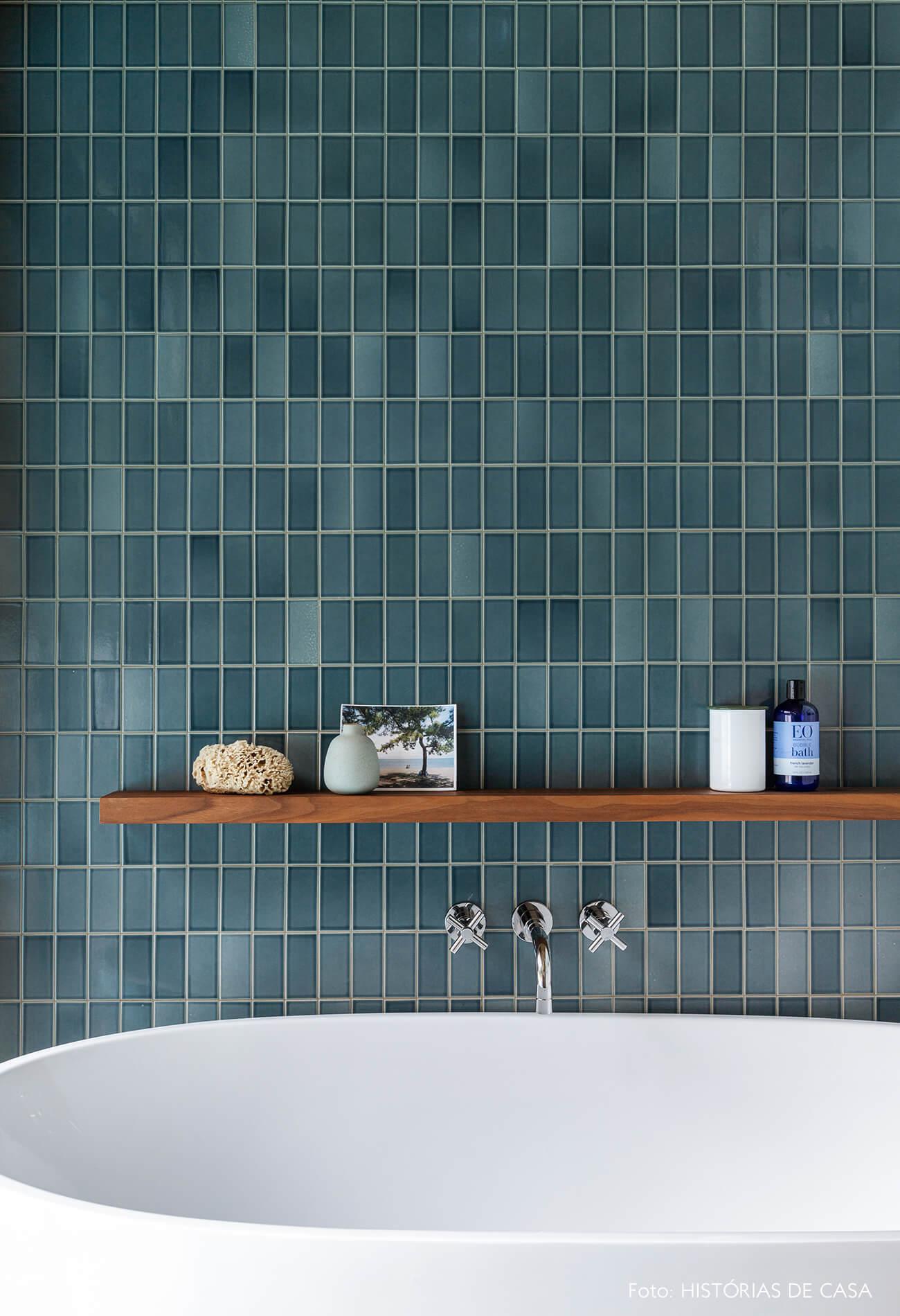 decoração casa banheiro com azulejos azuis e prateleira de madeira