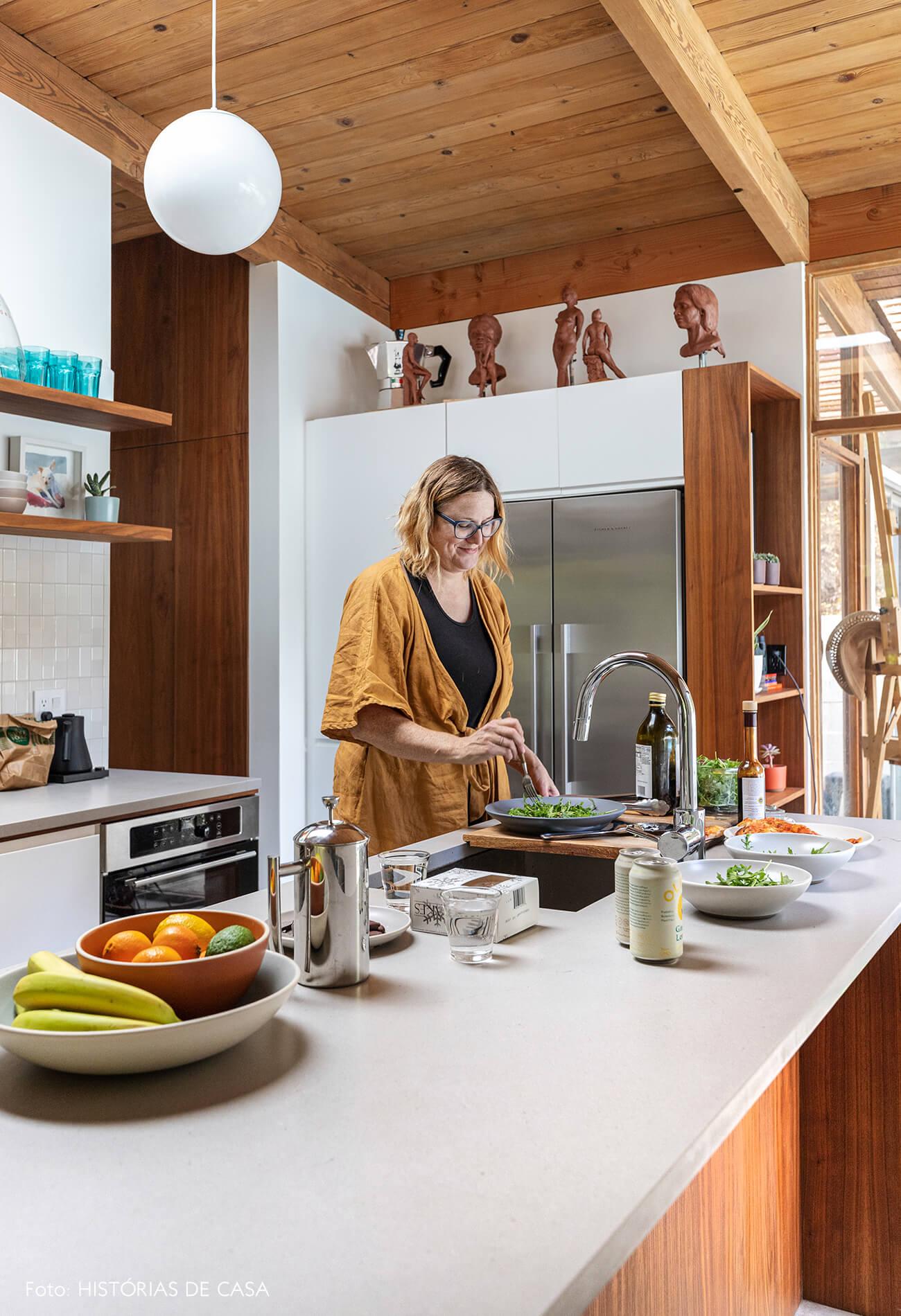 decoração casa de madeira retrato em cozinha com bancada branca