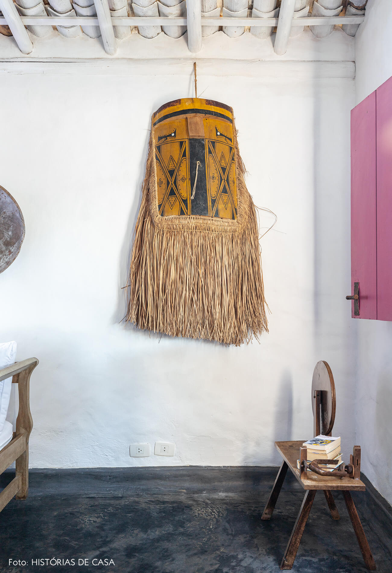 decoração Trancoso sala com objeto decorativo de palha