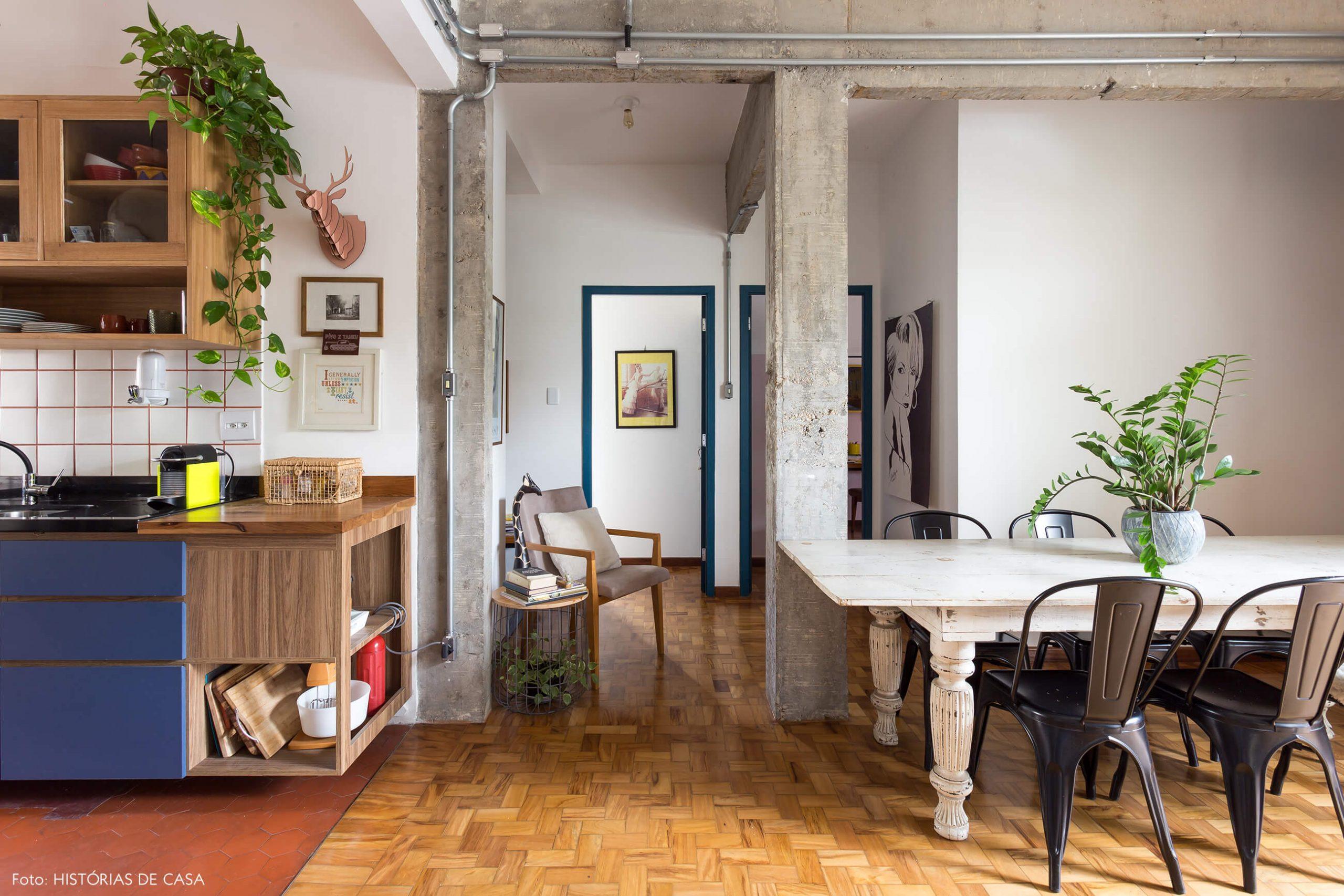 decoração sala jantar e cozinha com mesa de madeira branca e colunas de concreto