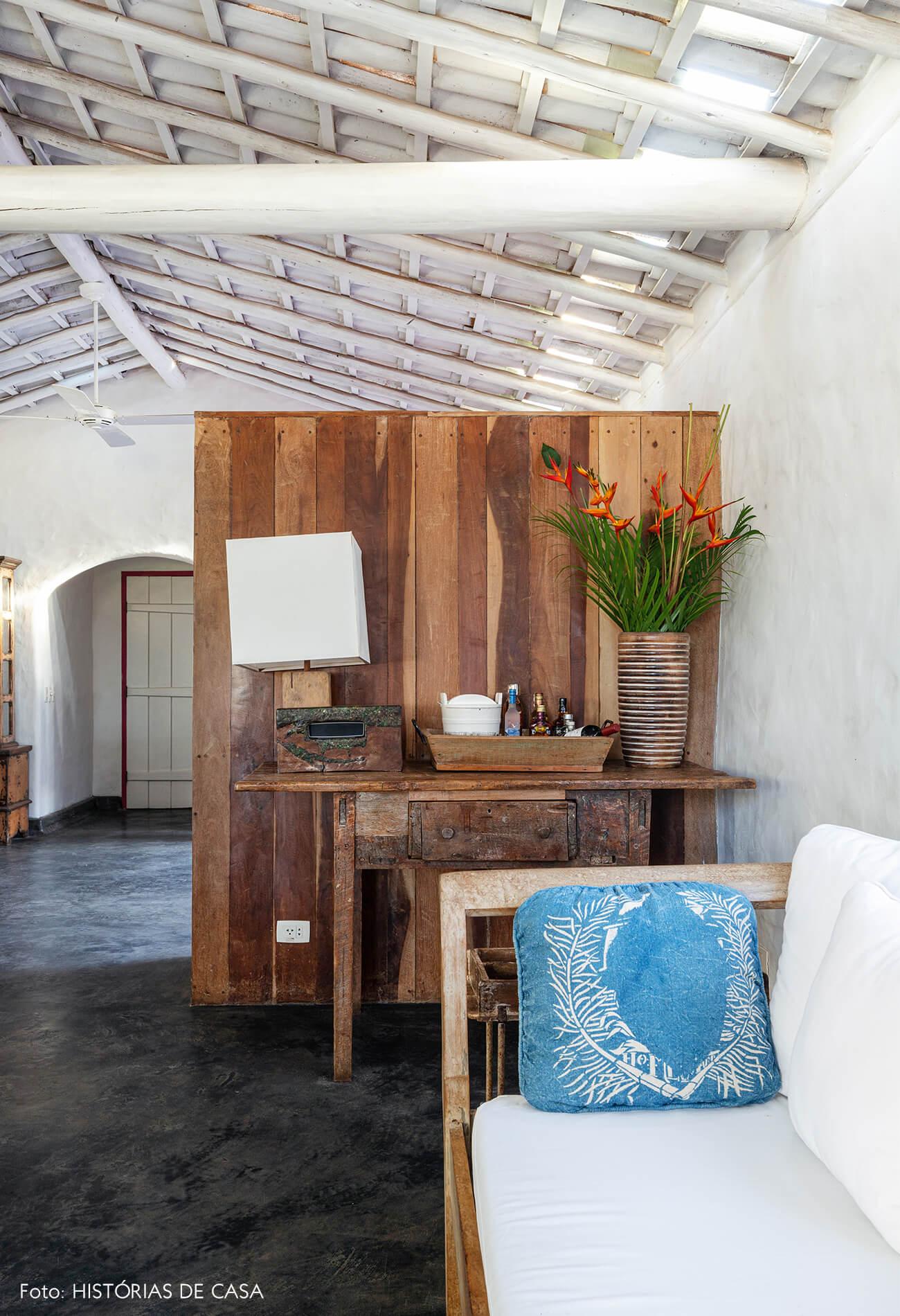 decoração Trancoso sala rustica com moveis de madeira e sofa branco