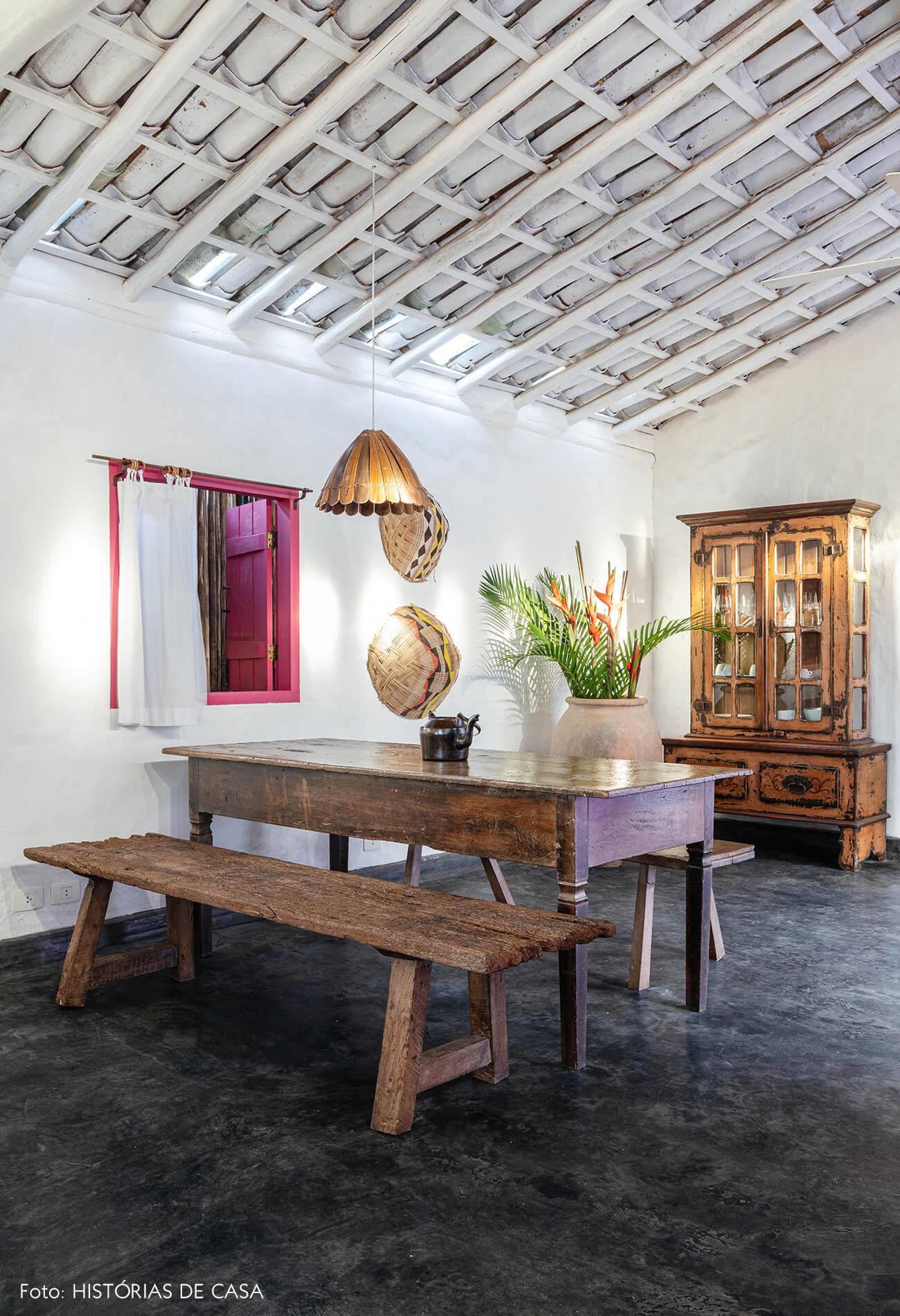 decoração Trancoso sala jantar rustica com moveis de madeira e janela rosa