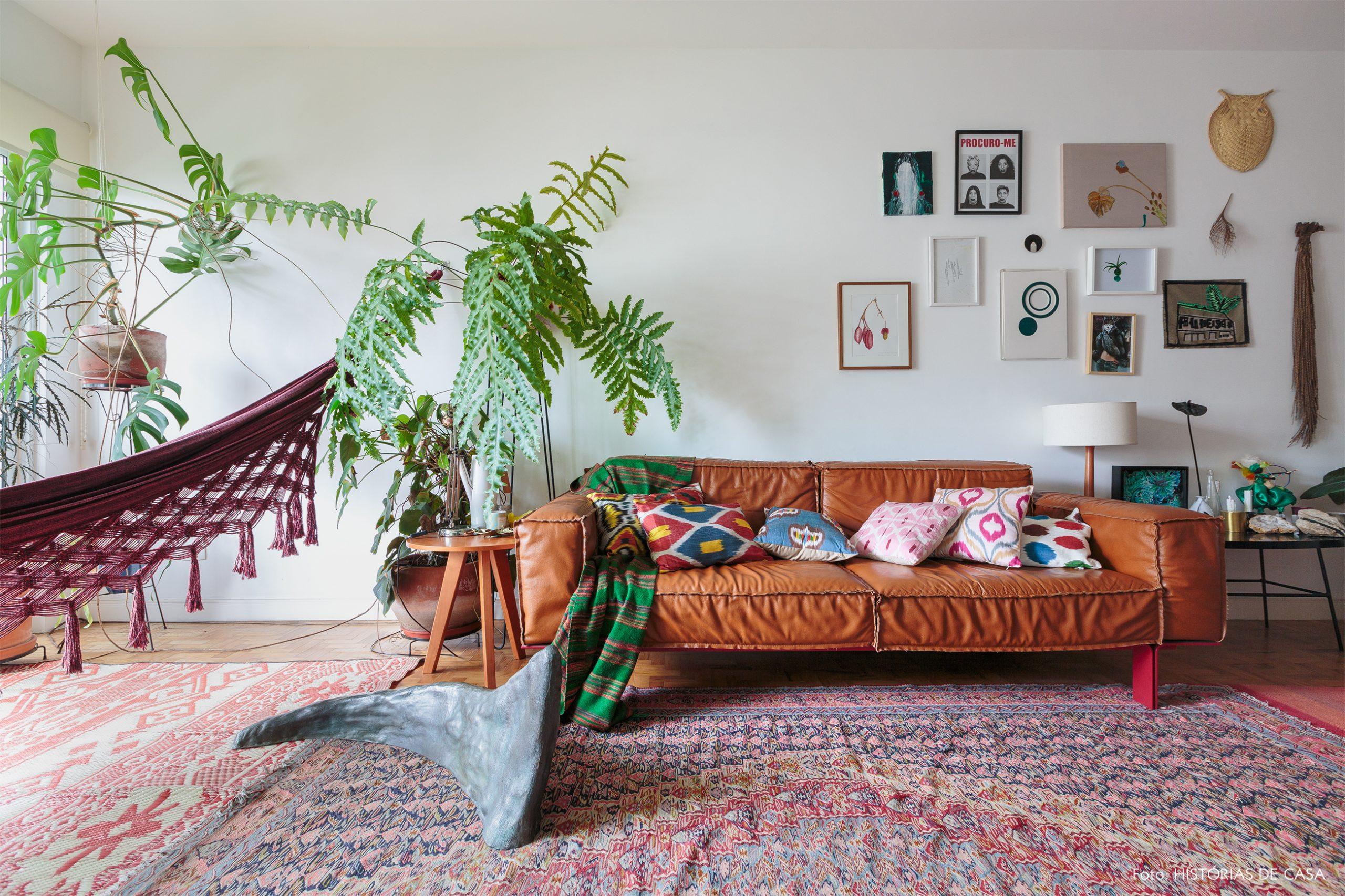 decoração sala com muitas plantas rede e tapete estampado