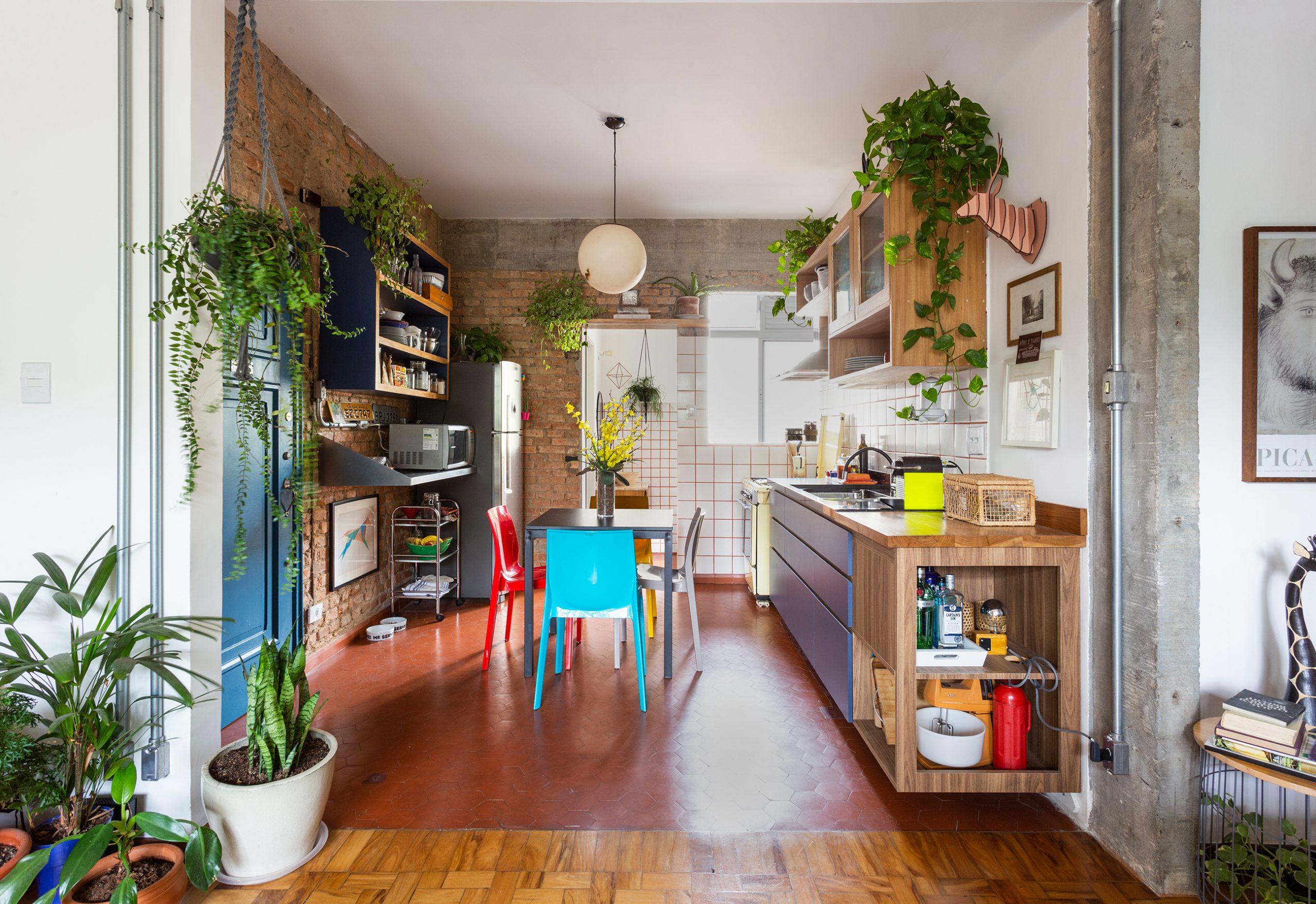 decoração cozinha com parede de tijolos cadeiras coloridas