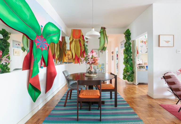decoração sala jantar colorida com mesa de madeira