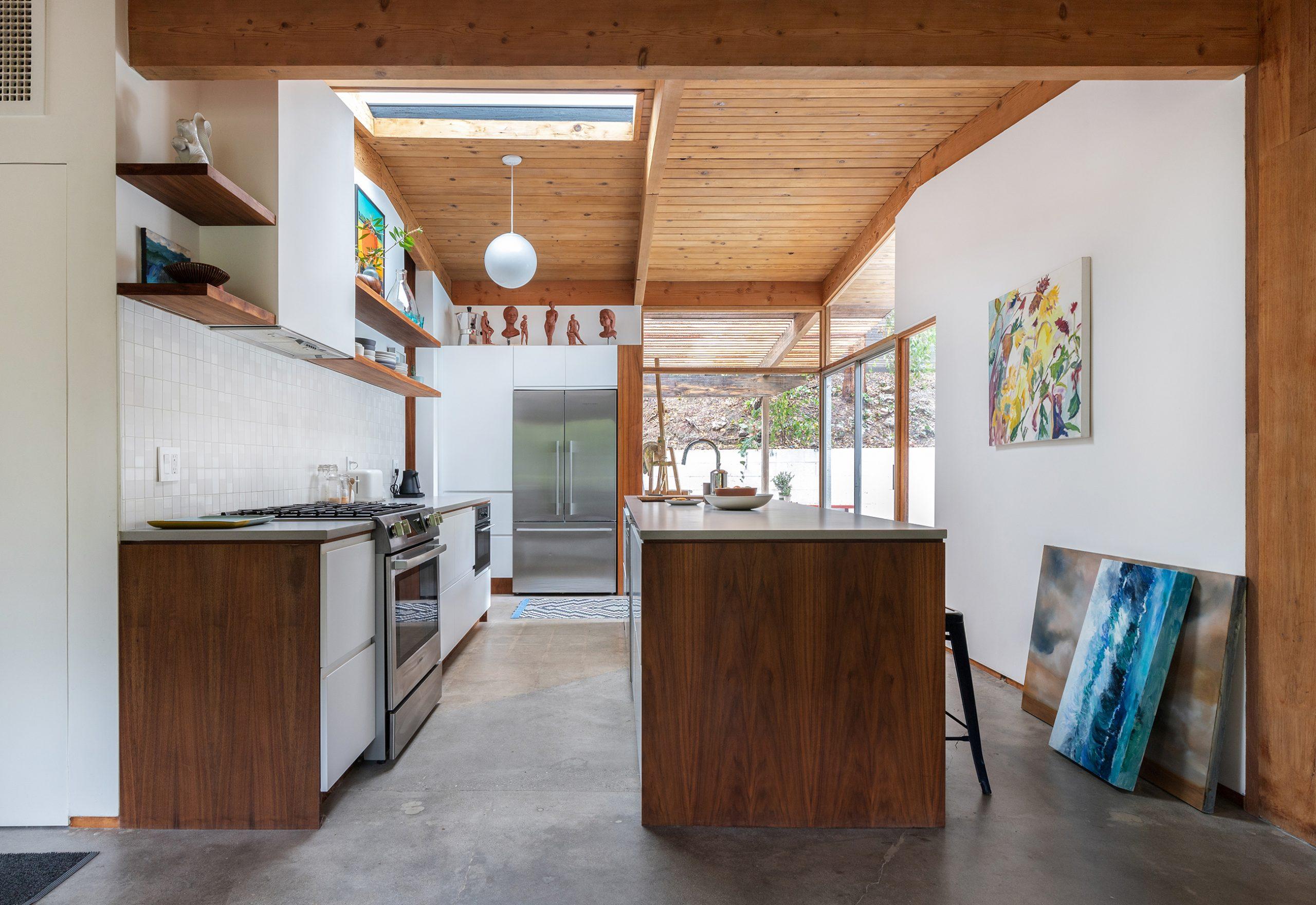 decoração casa cozinha com bancada e teto de madeira e chao cimento