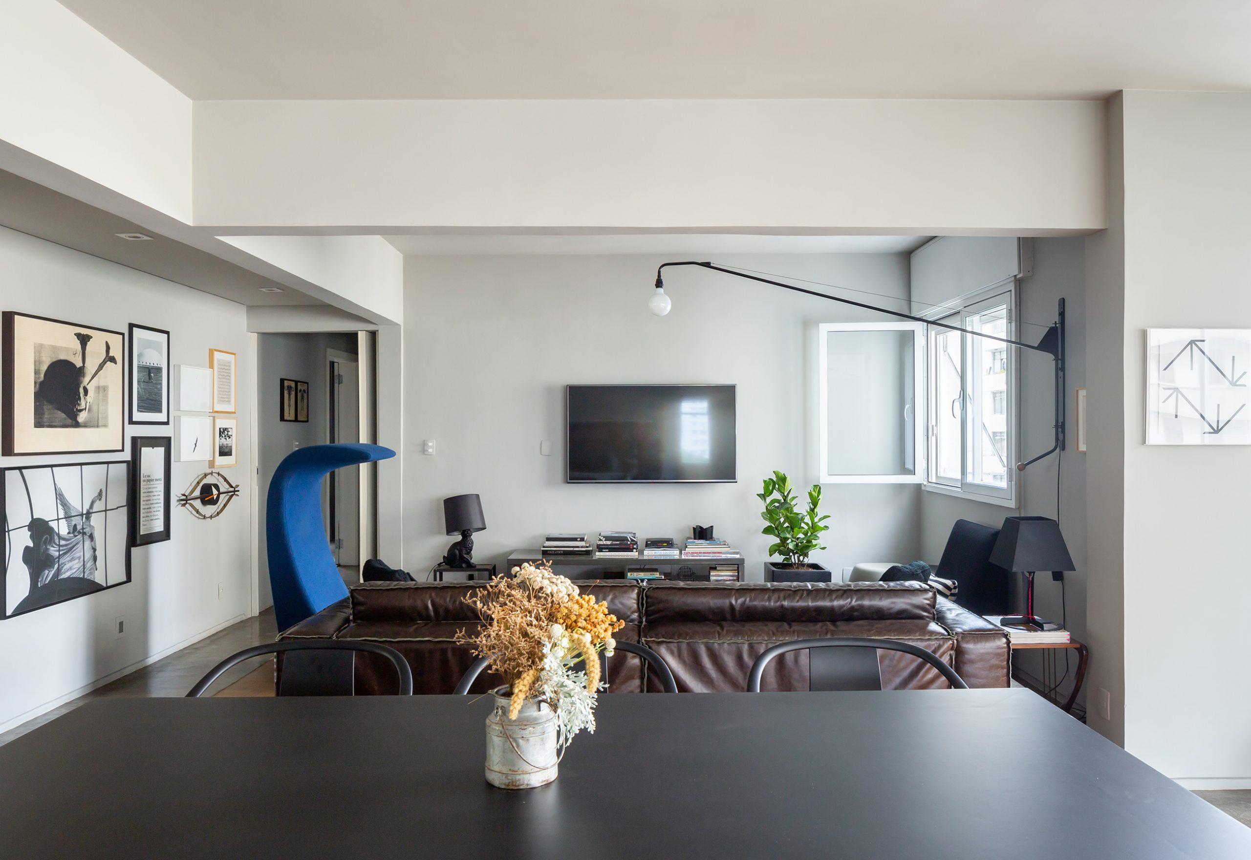 decoração sala com coluna de concreto e poltrona azul