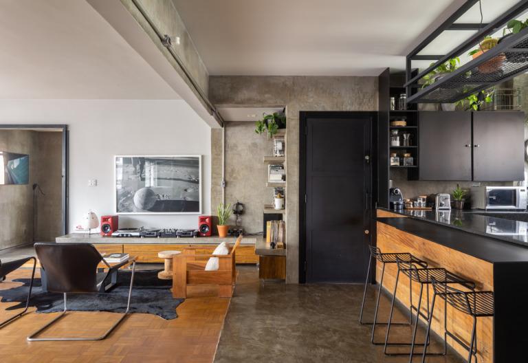 decoração sala e cozinha com moveis de madeira e estrutura de concreto