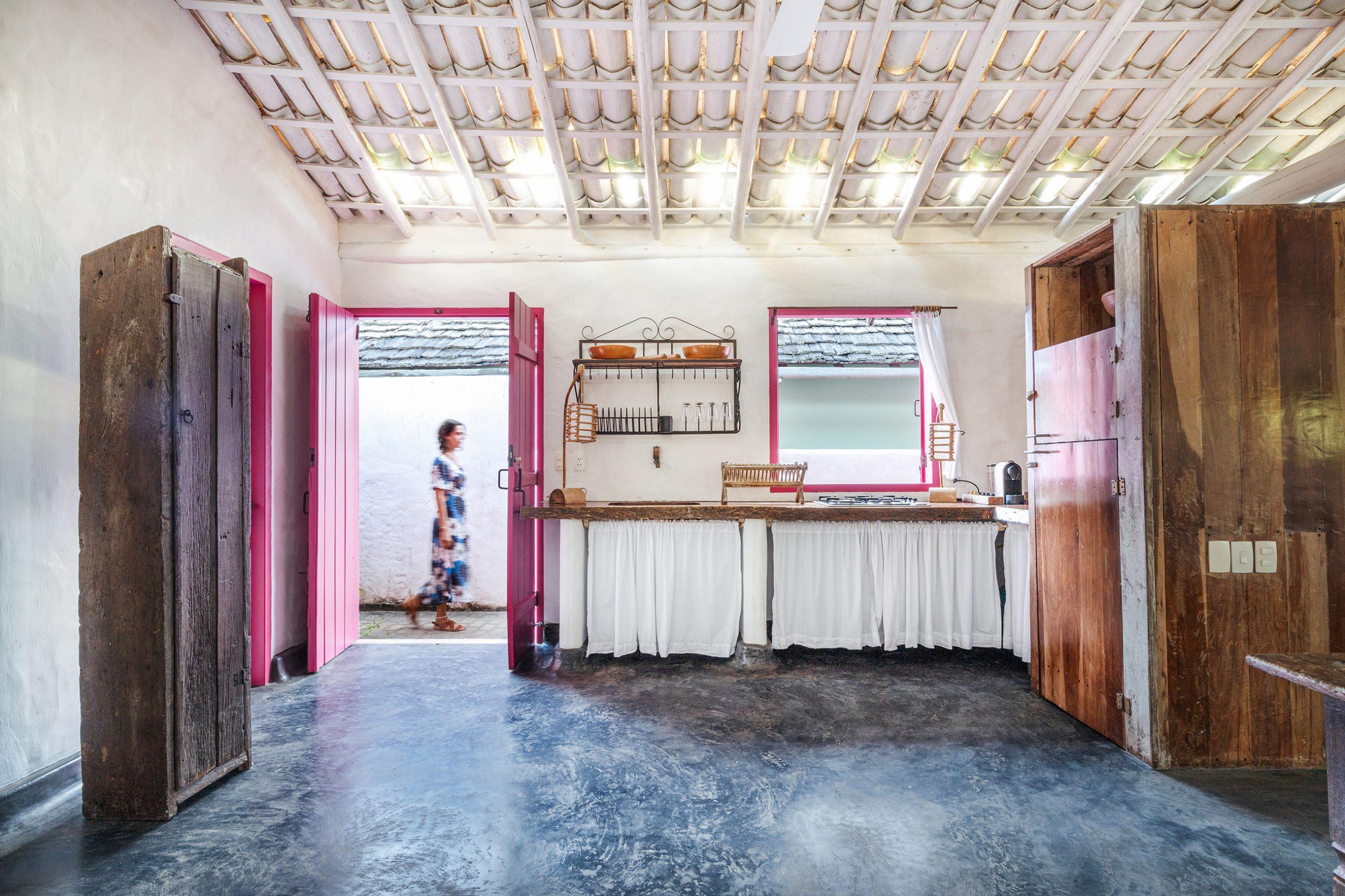 decoração Trancoso cozinha rustica com moveis de madeira e porta rosa