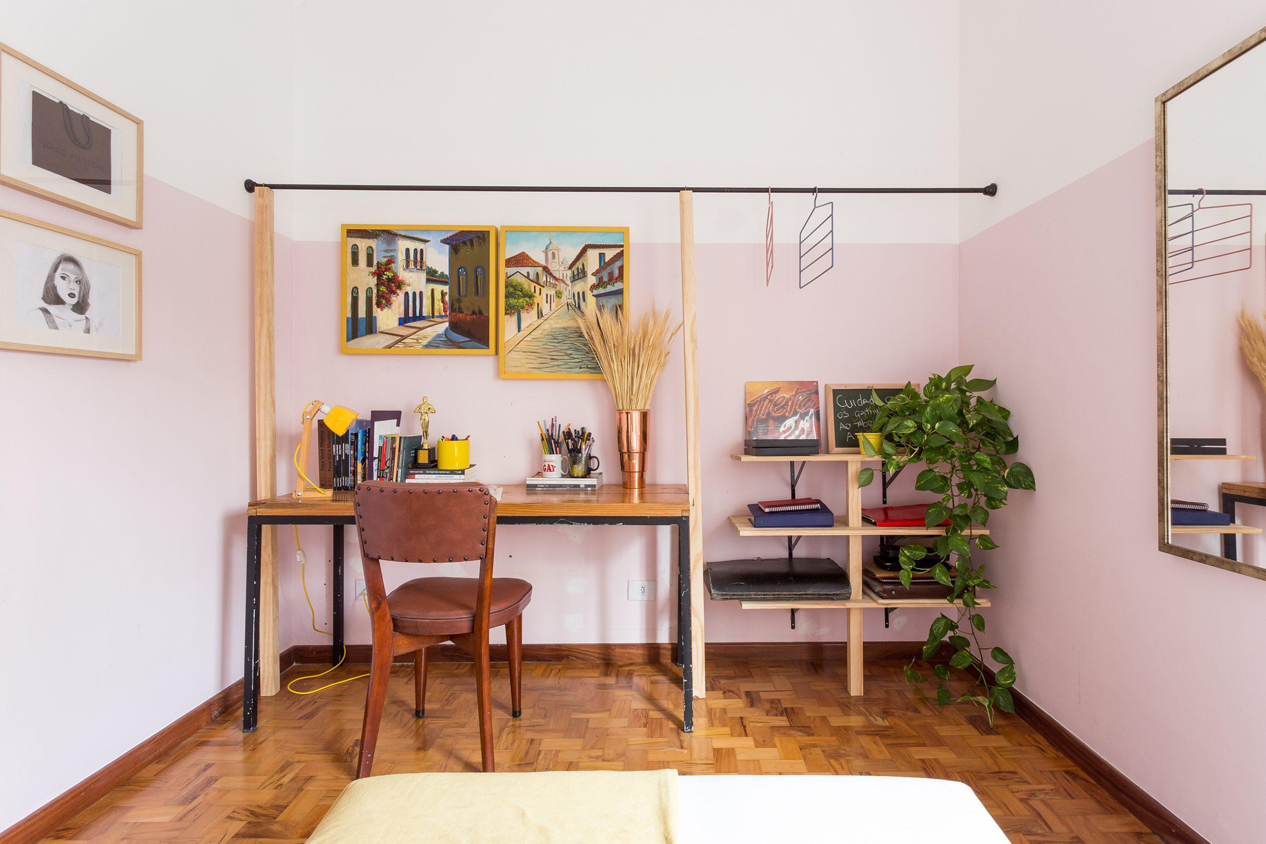 decoração quarto com meia parede rosa e arara de ferro e madeira