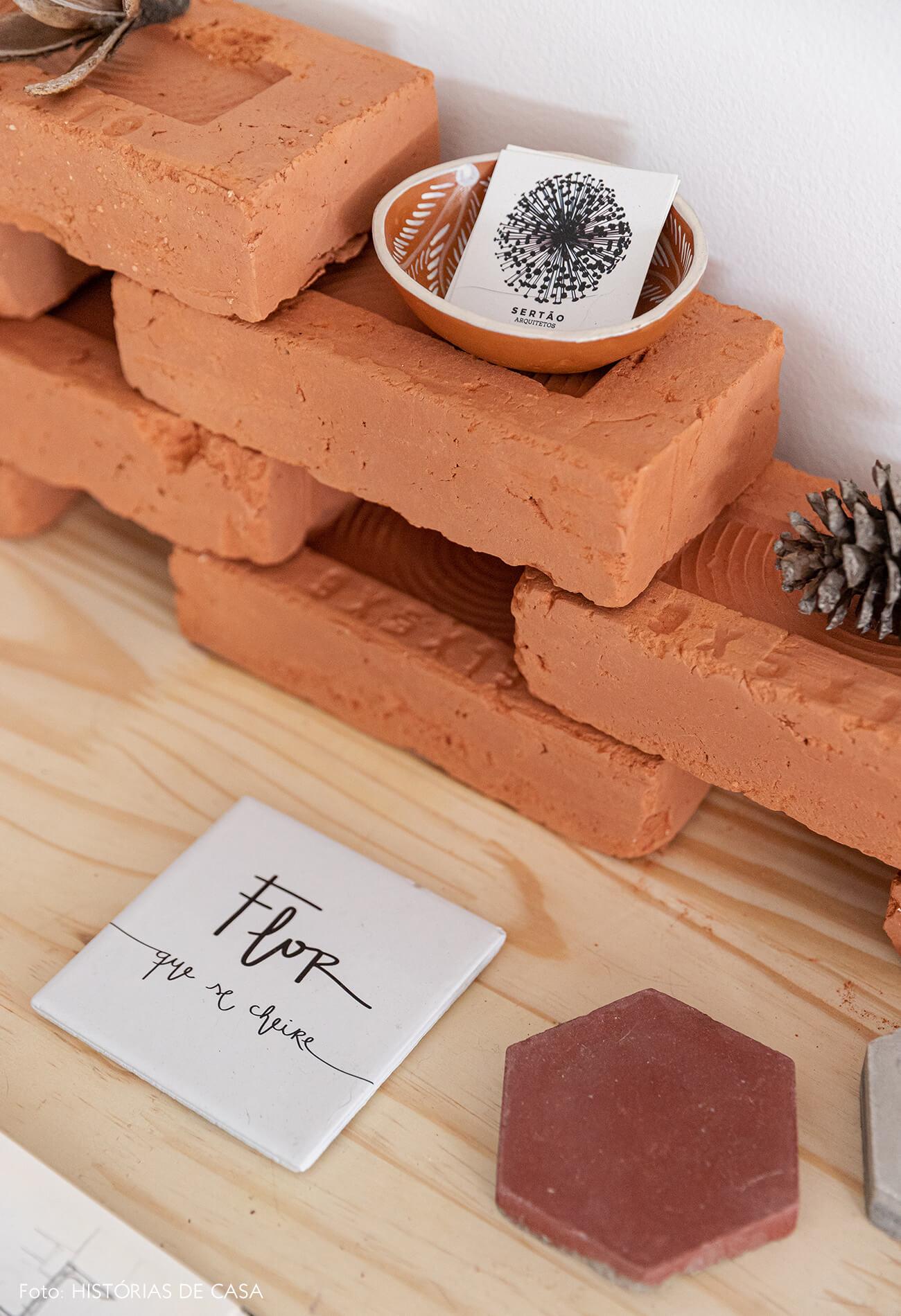 detalhe-tijolos-em-mesa-madeira