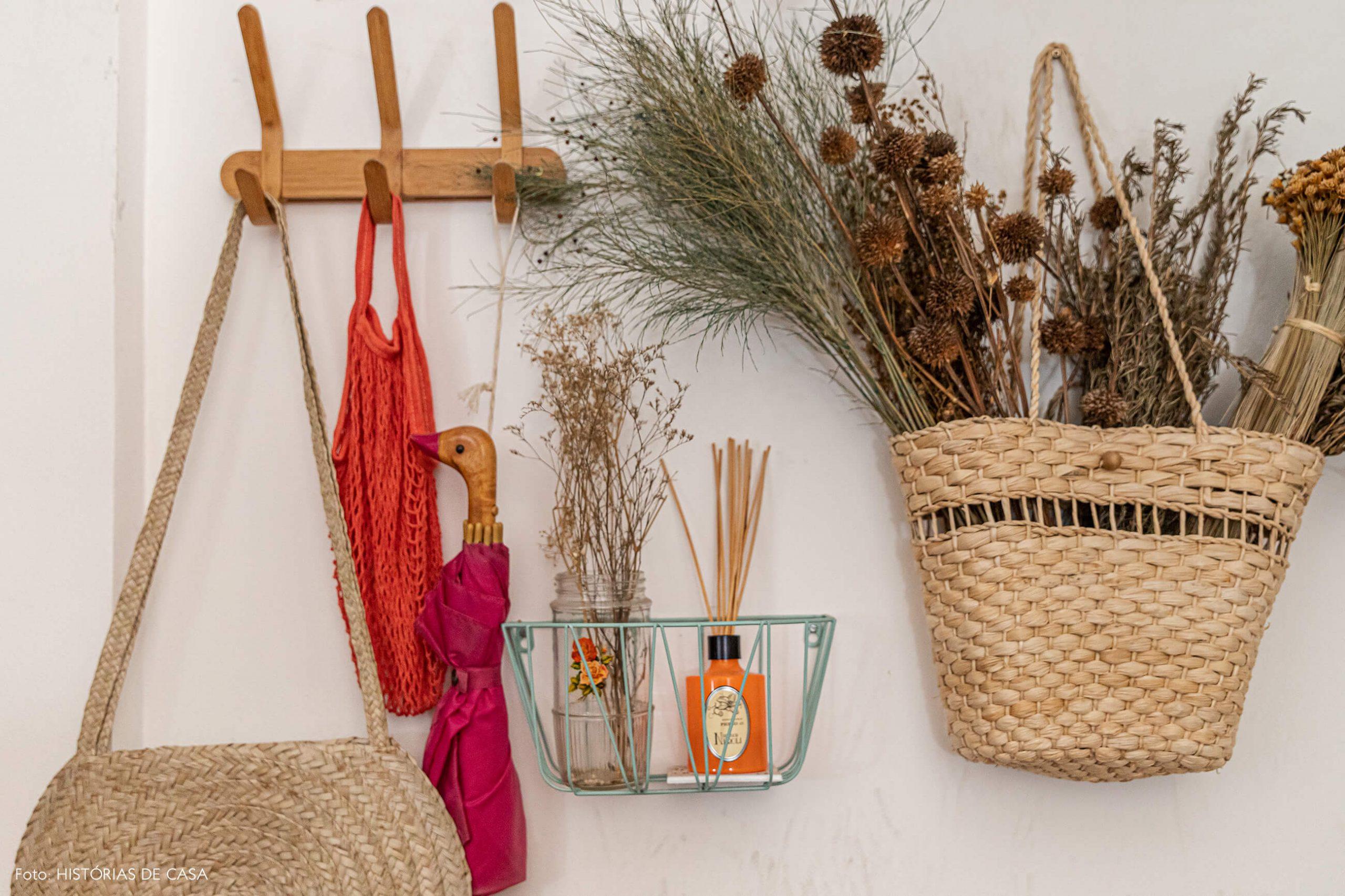 cabideiro-madeira-e-arranjo-flores