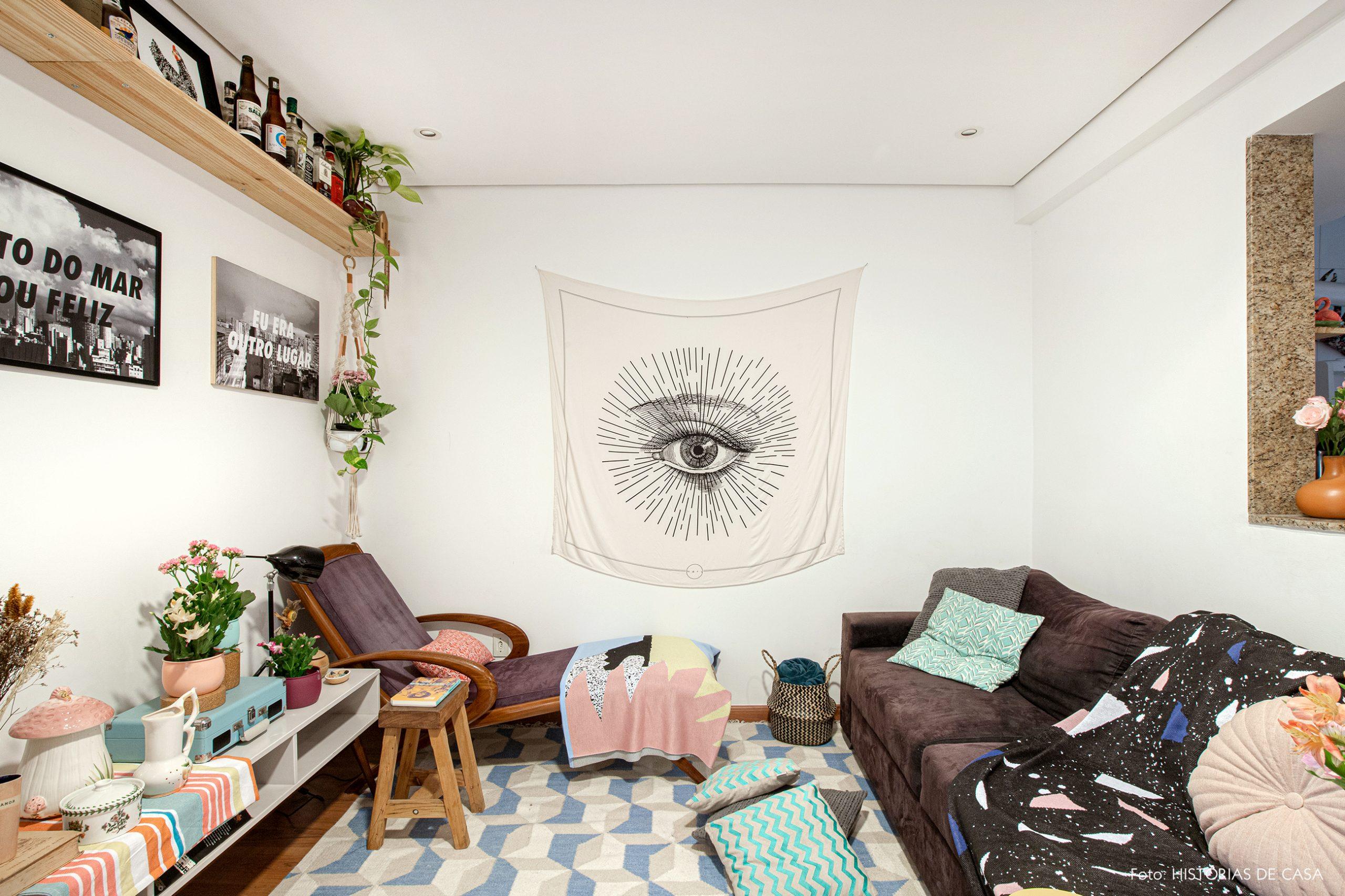 sala-com-painel-tecido-e-sofa-escuro