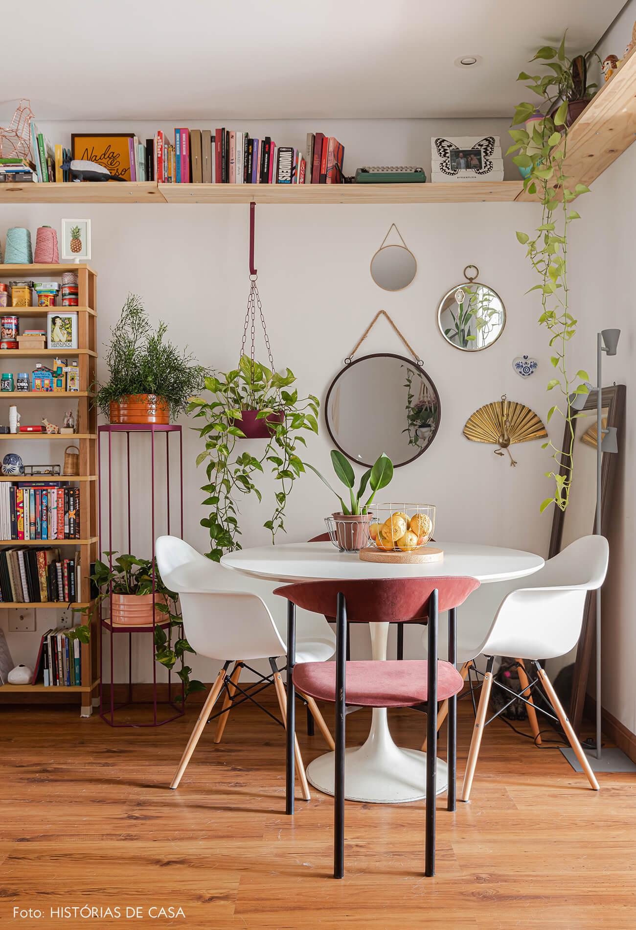 sala-jantar-com-mesa-branca-e-cadeira-eames