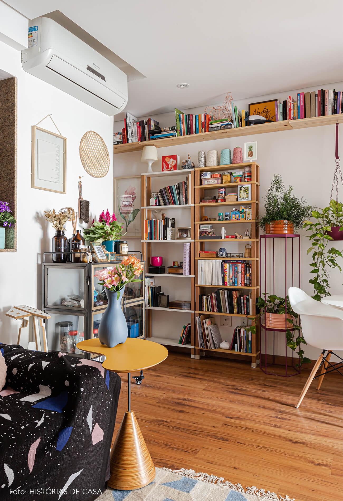sala-com-mesa-amarela-e-cadeira-eames