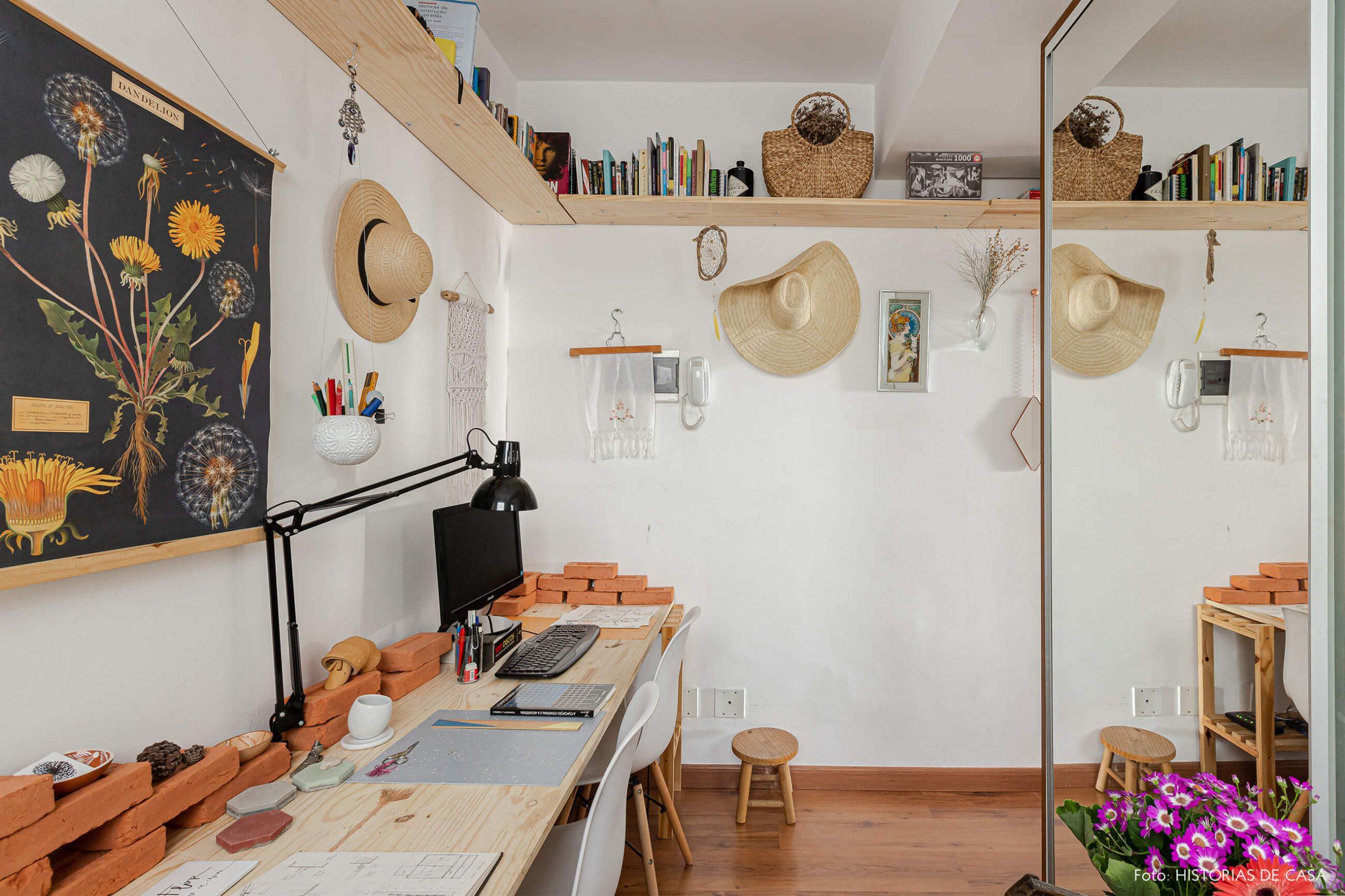 home-office-com-moveis-madeira-tijolos-e-cadeira-eames