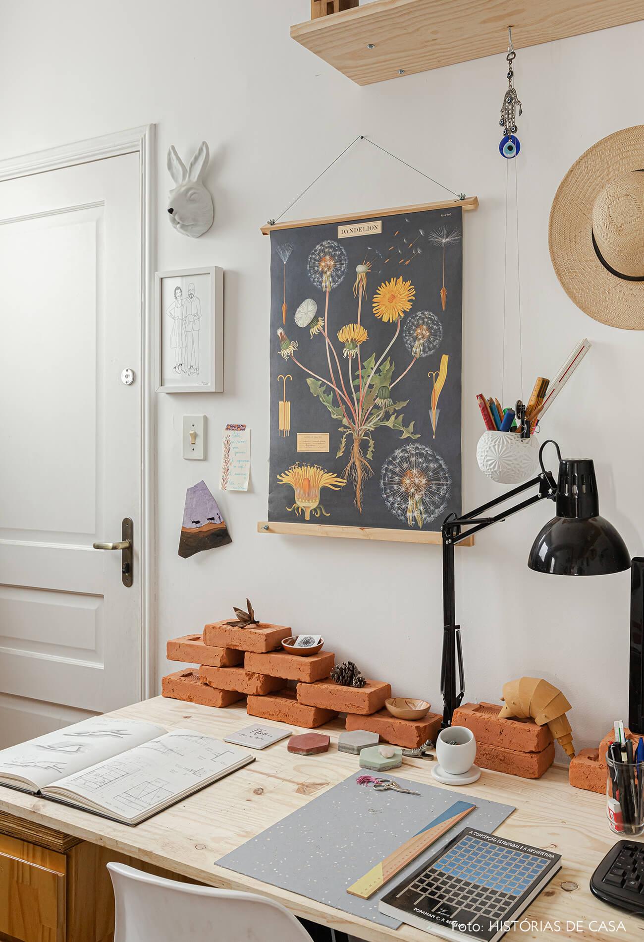 home-office-com-tijolos-em-mesa-madeira