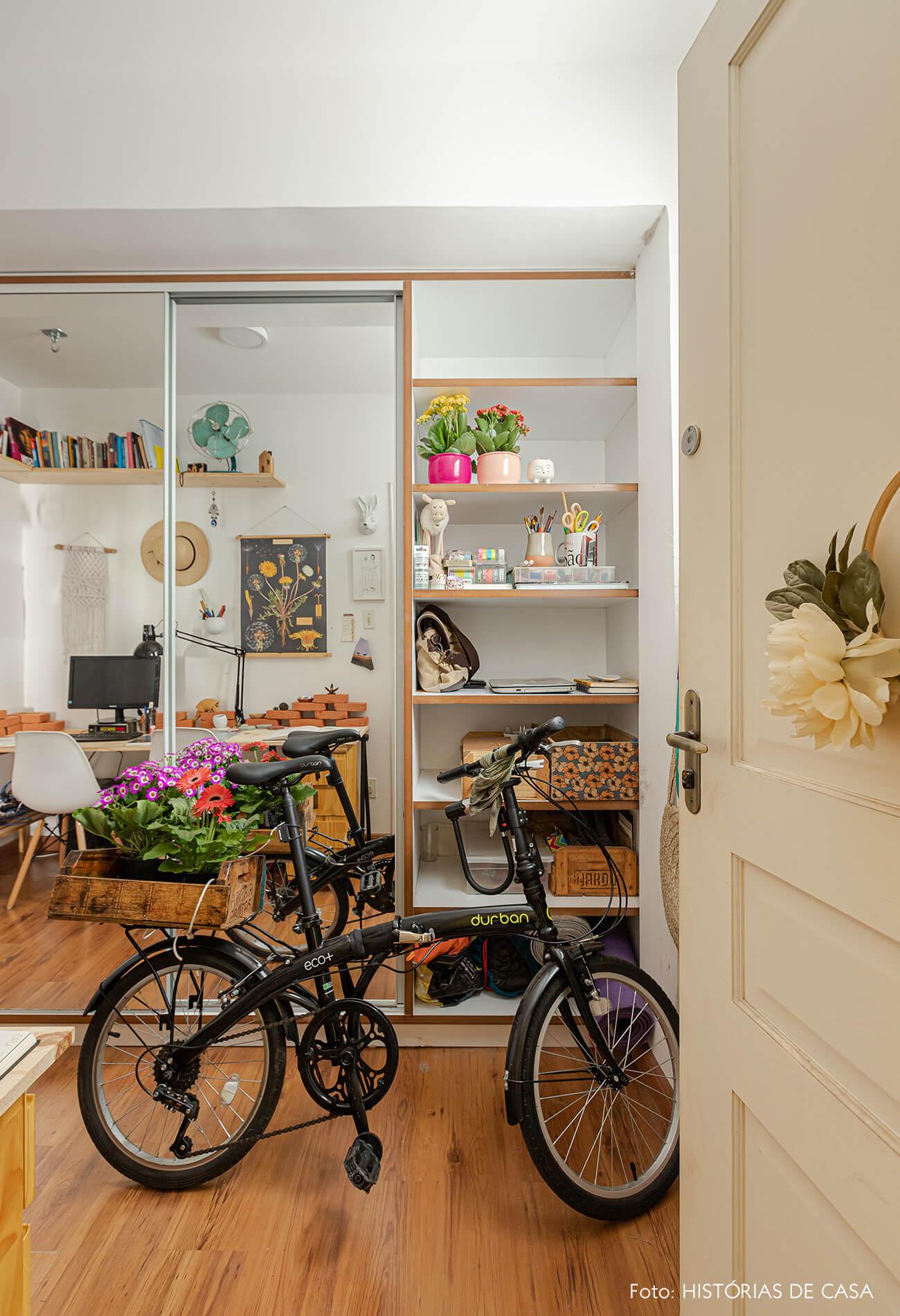 home-office-com-armarios-de-portas-espelho-e-bike