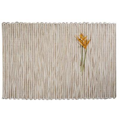 tapete de palha e tecido claro
