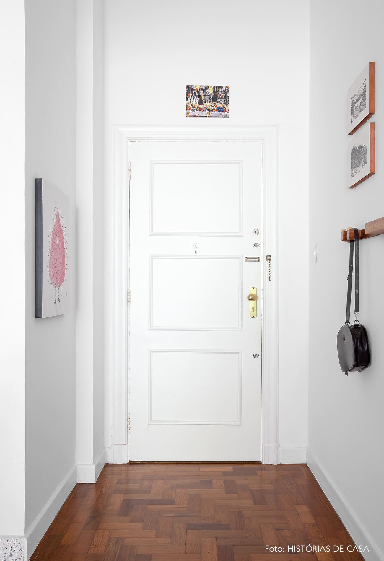 decoração hall de entrada com cabideiro de madeira