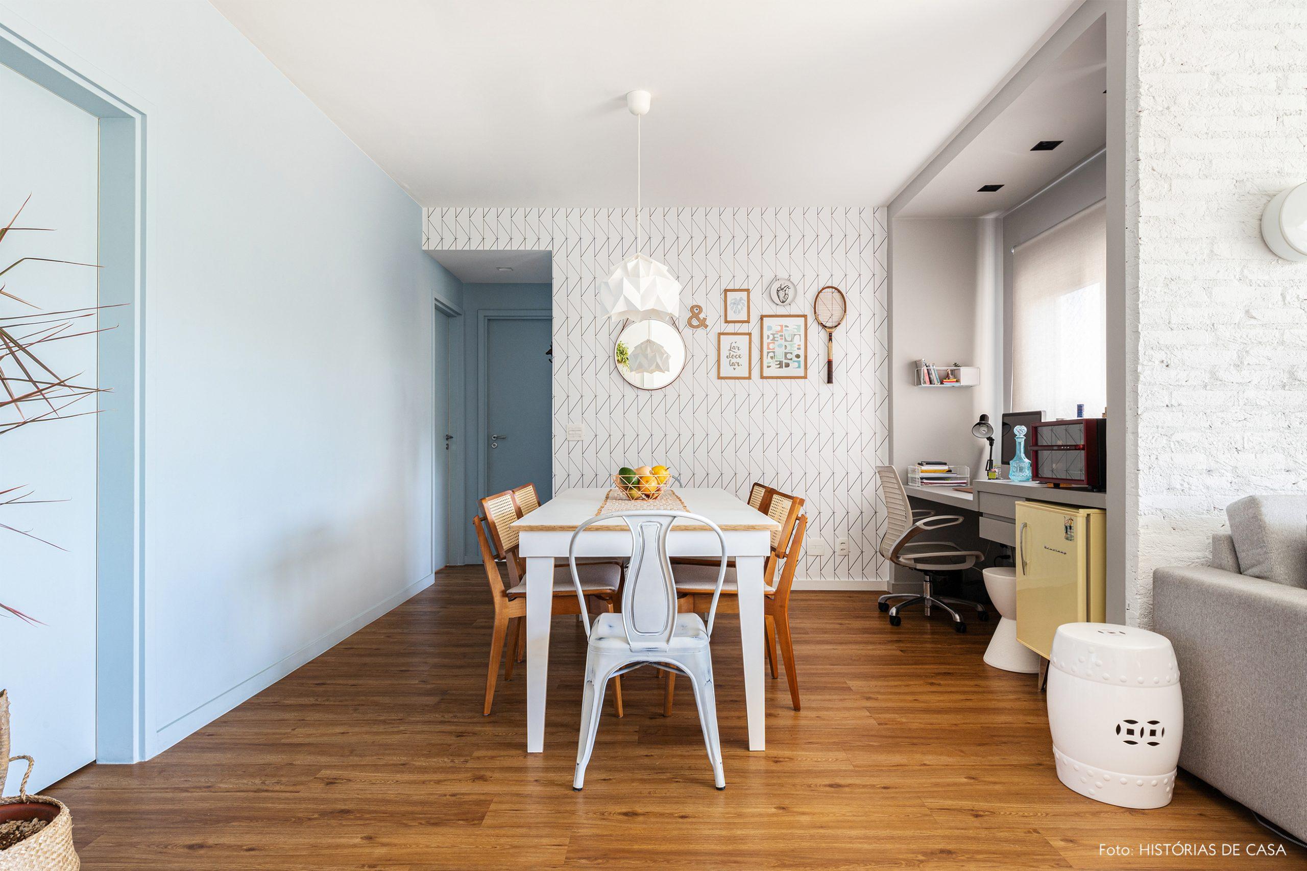 decoração sala jantar com papel de parede geométrico e cadeira de palhinha